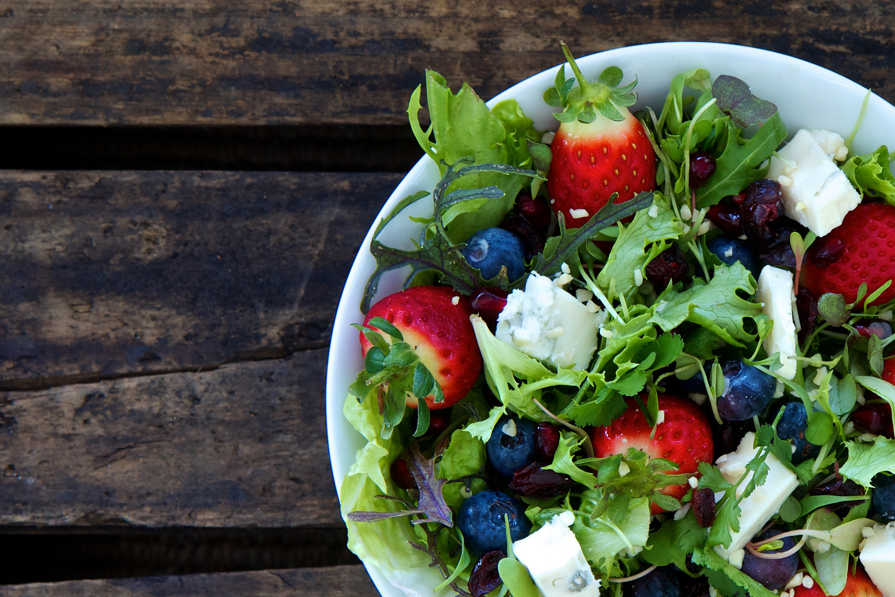 Lösliga fibrer förlångsammar kolhydratnedbrytningen i tarmen och ger därmed ett mildare blodsockersvar. Exempel på lösliga fibrer är grönsaker och bär.