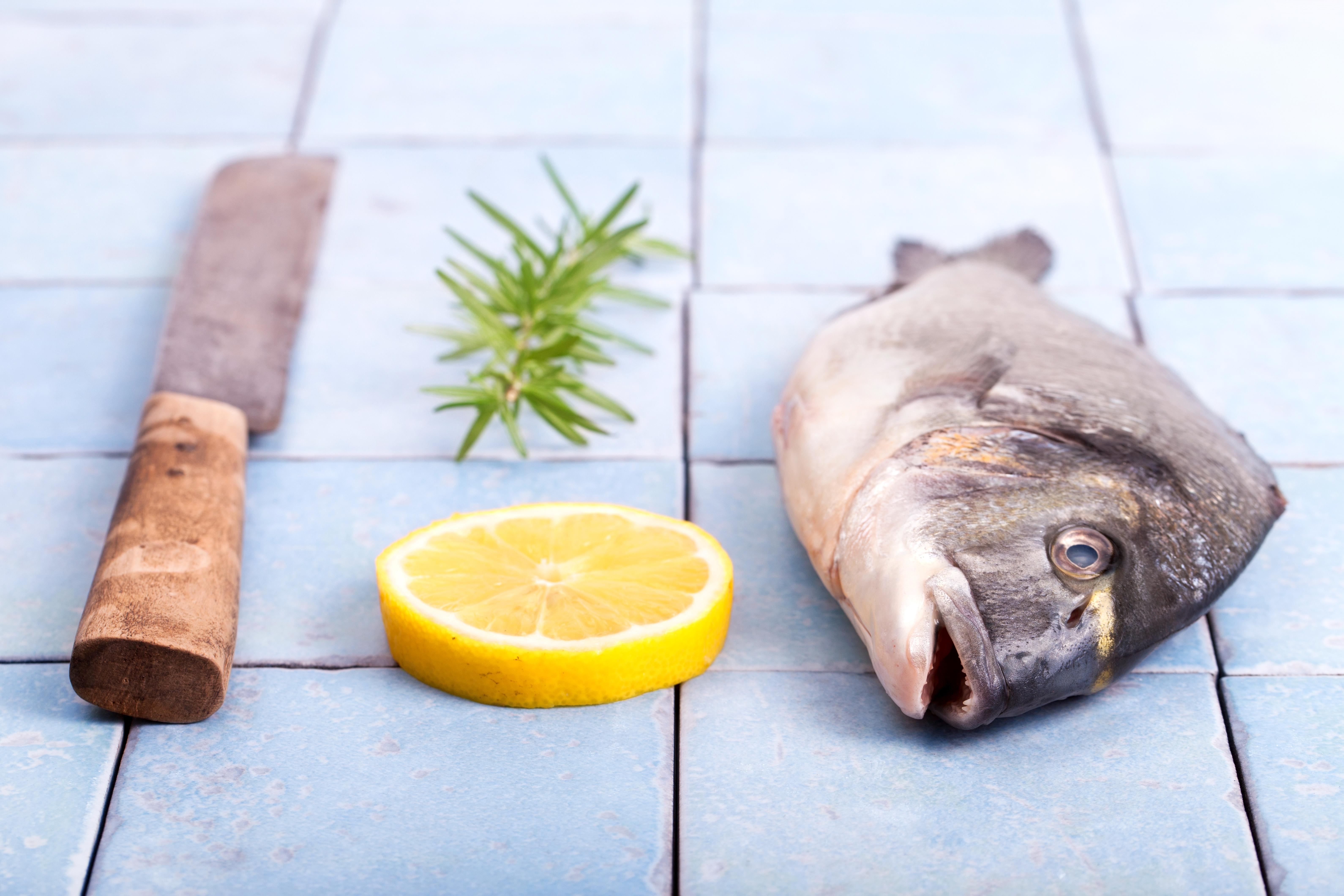 För att tillföra D-vitamin, jod och selen bör vi också äta mer fisk, enligt de nya kostråden från Livsmedelsverket.