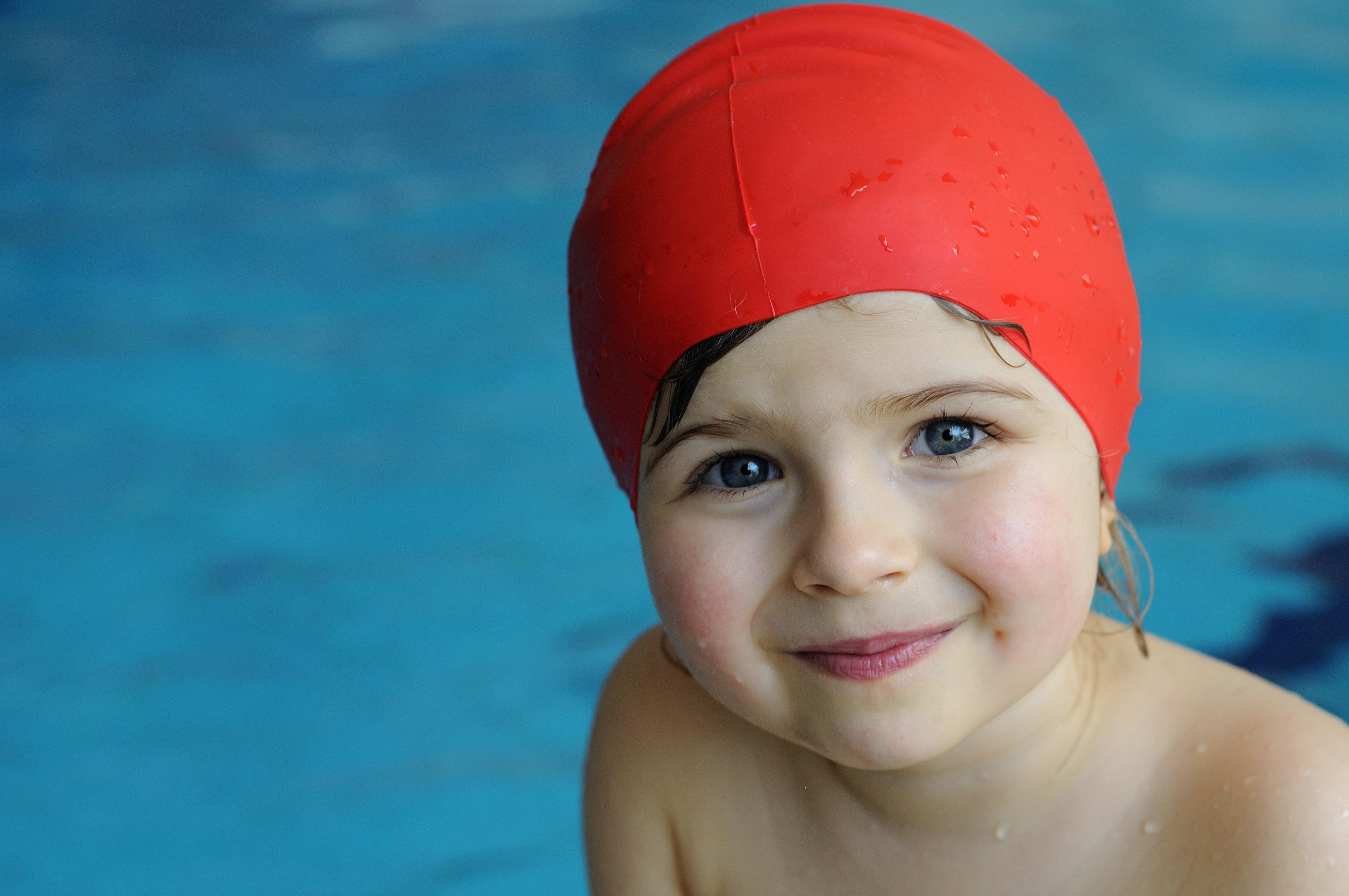 Ett sätt att undvika för mycket vätska i öronen är att använda badmössa.