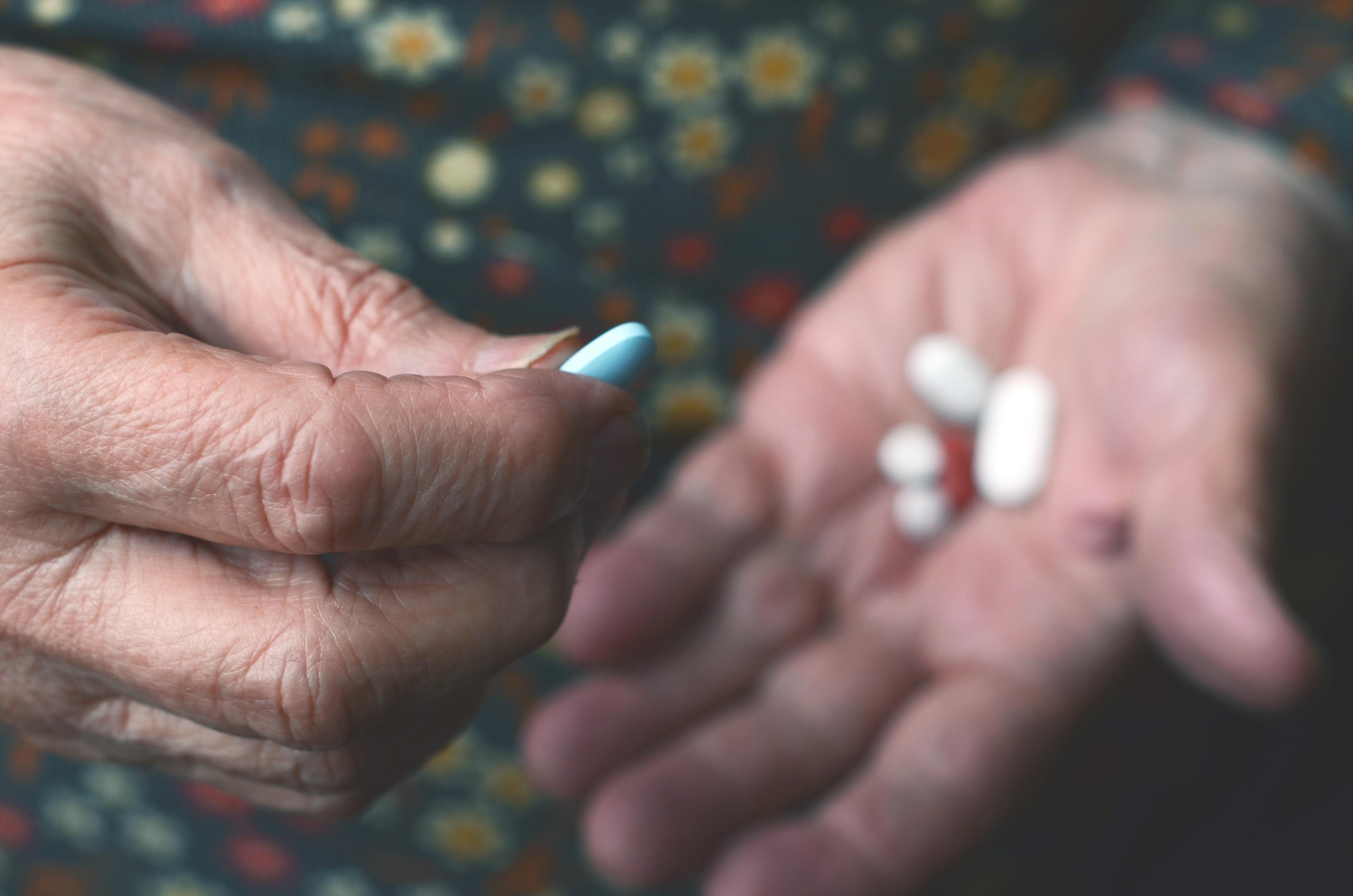 En medicinsk orsak till torra ögon är ålder och vissa läkemedel bidrar till, eller kan bidra till, besvär med torra ögon.