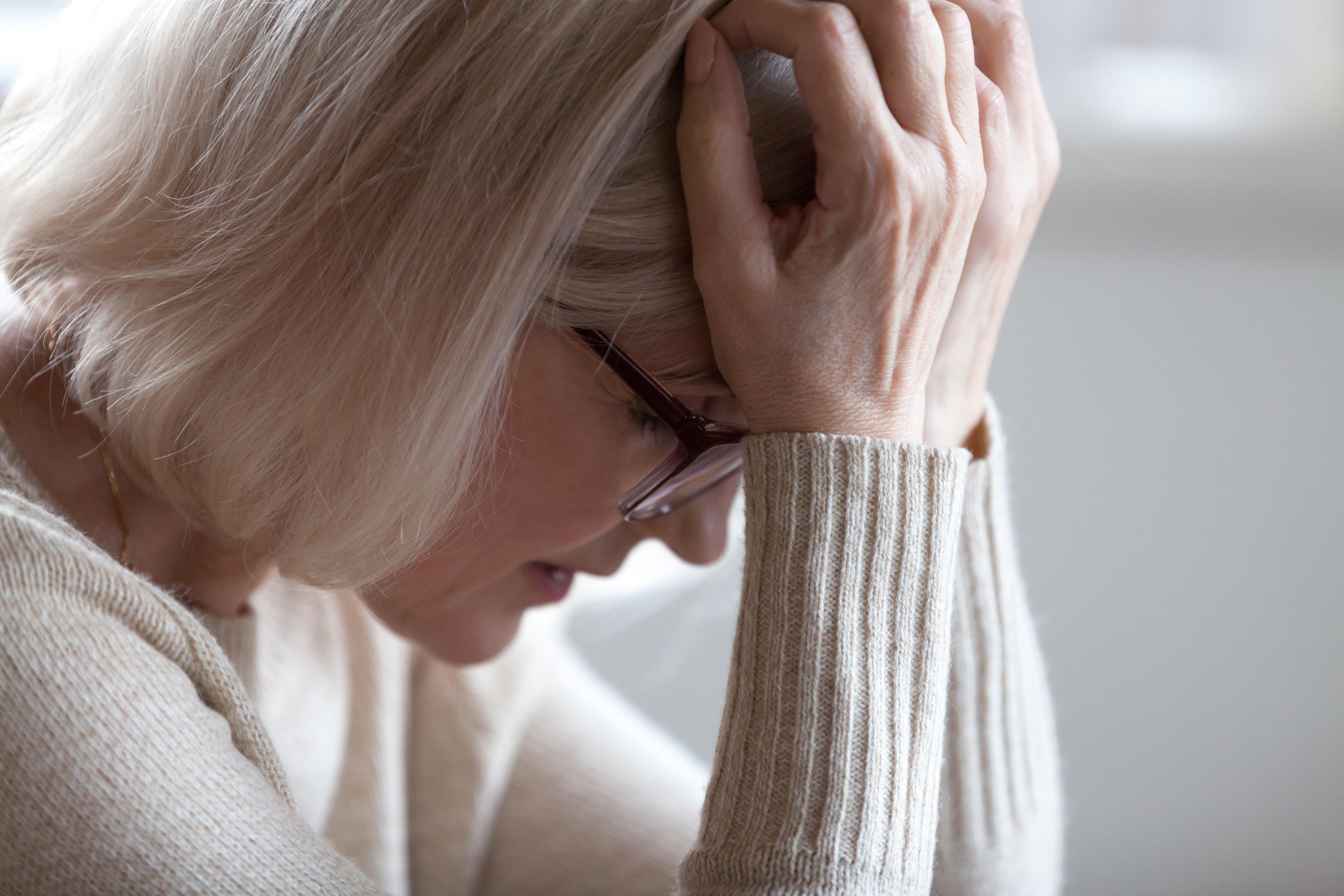 Spänningshuvudvärk visar sig i oftast i form av en dov, molande huvudvärk.