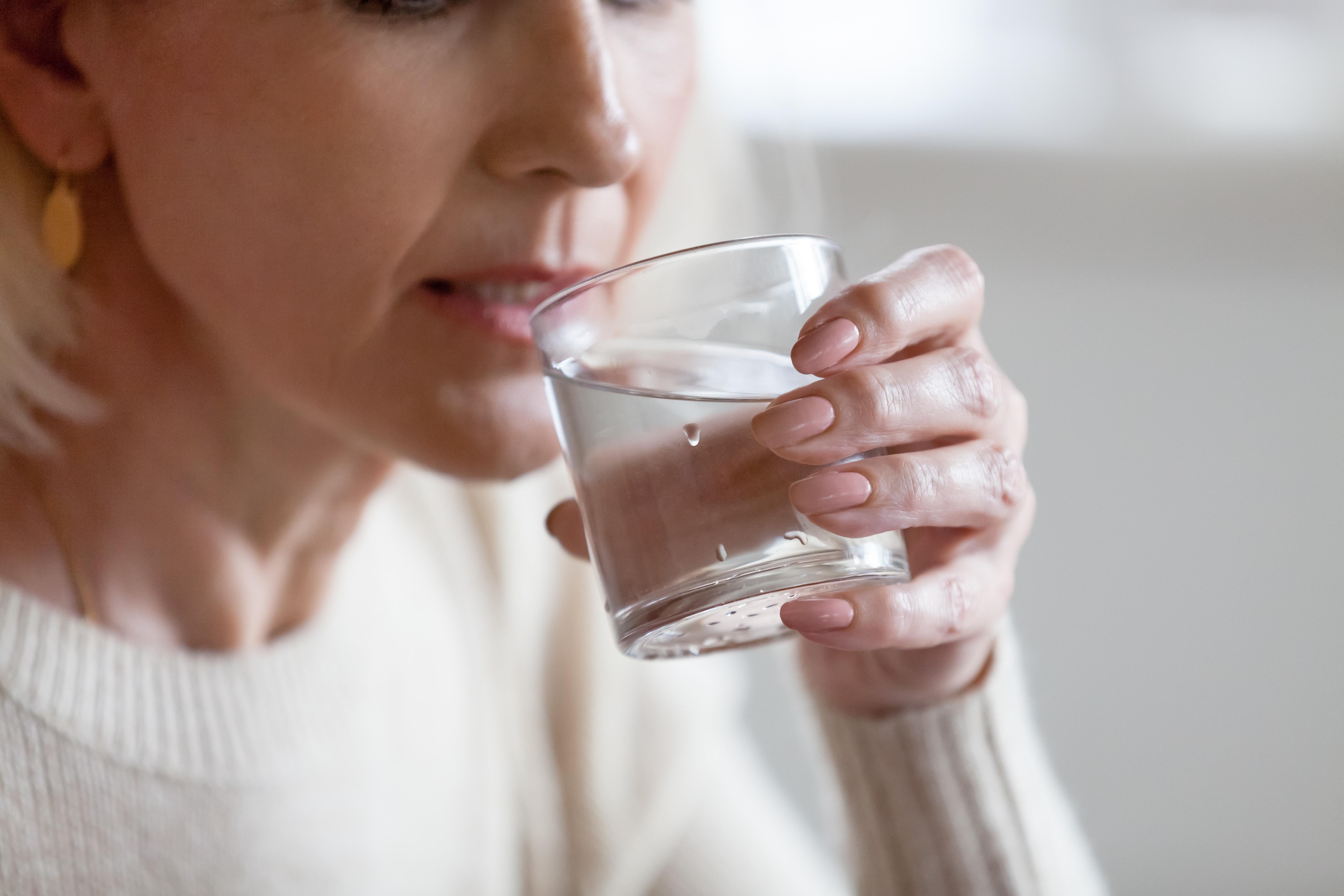 Vid muntorrhet kan det hjälpa att dricka mycket vatten.