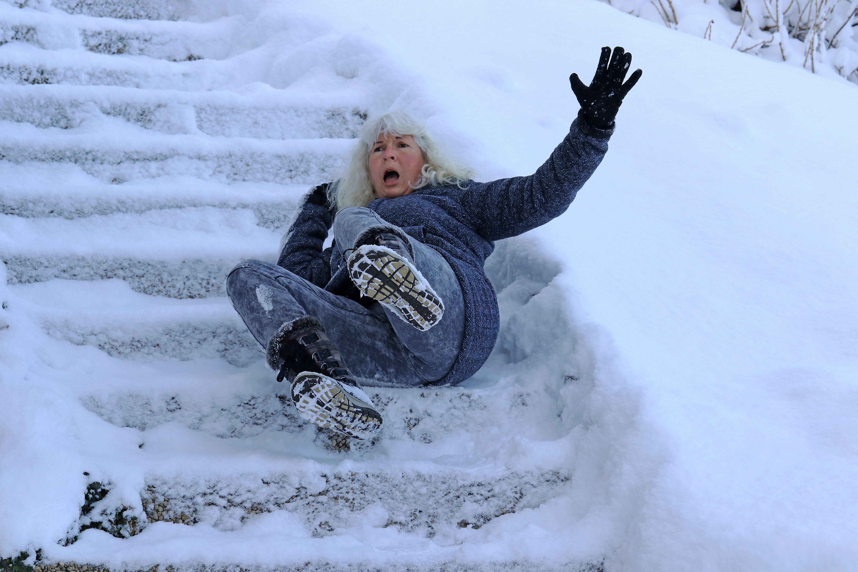 Fallolyckor utomhus under vintern leder ofta till allvarliga problem för den som drabbas. Vissa yrkesgrupper är mer utsatta än andra.