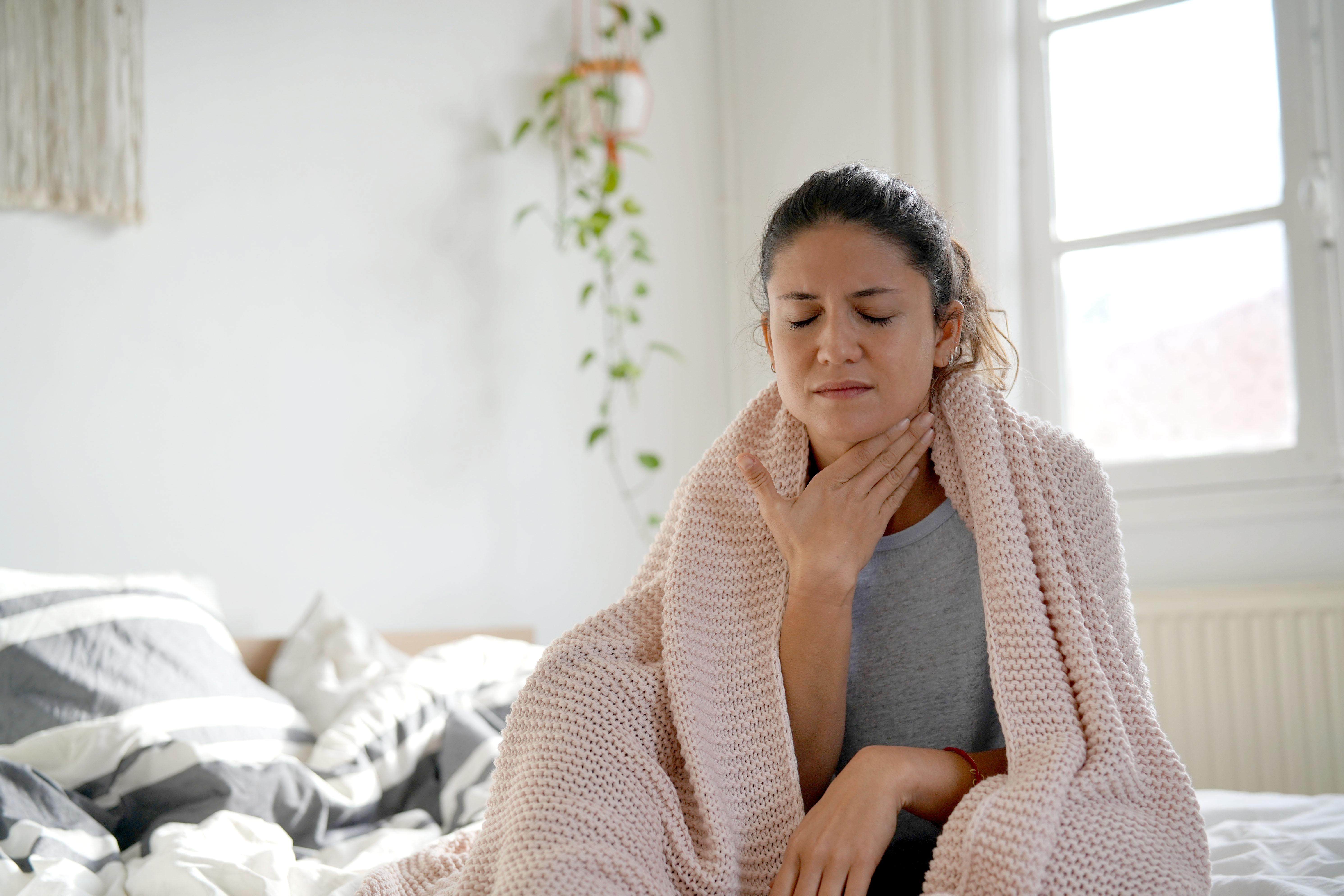 Några vanliga symtom vid covid-19 är feber, hosta, andnöd, halsont och huvudvärk.