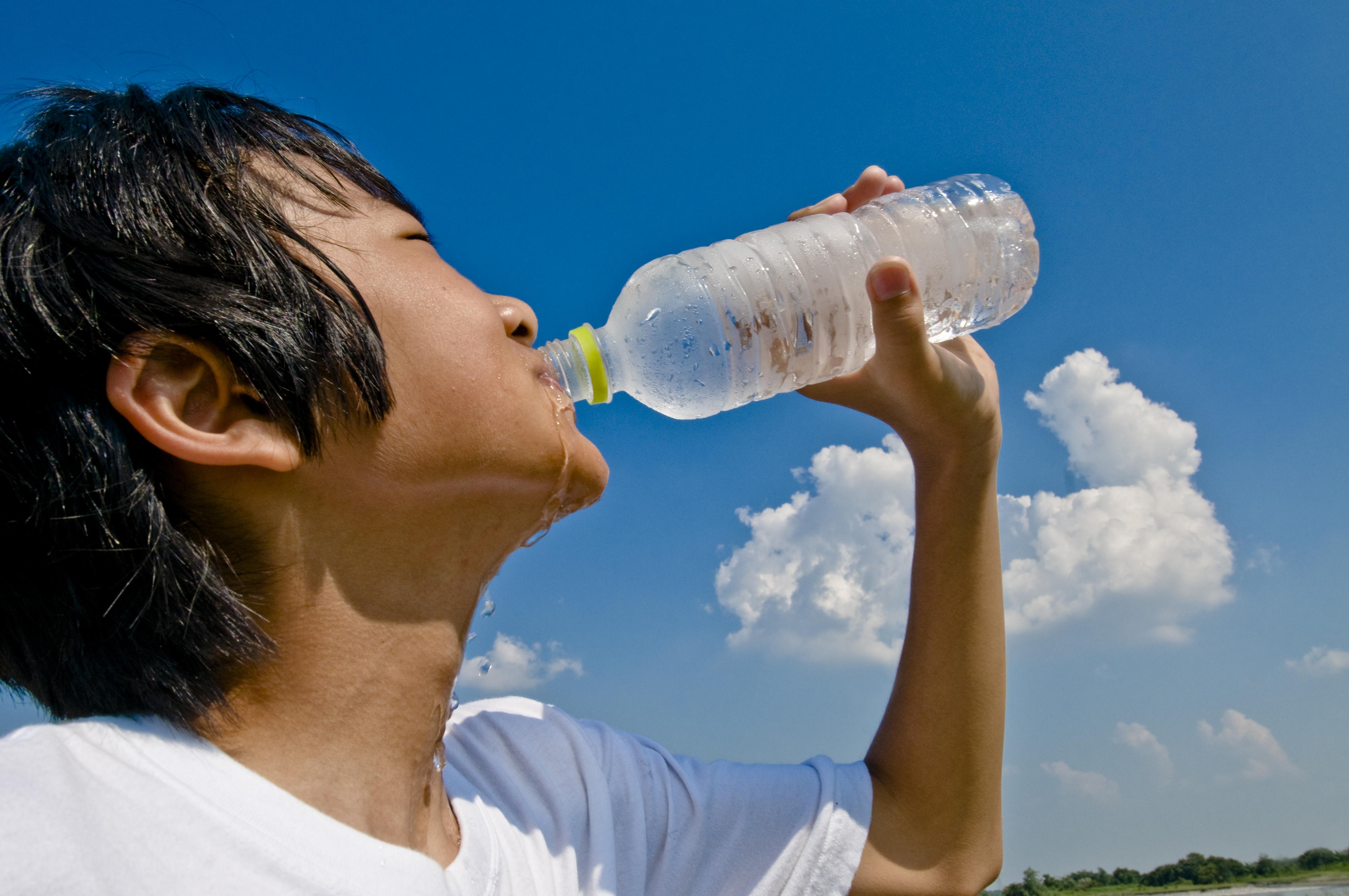 Normalt behöver kroppen cirka 1,5 liter vatten om dagen, så med temperaturer över 30 grader behöver vi givetvis få i oss ännu mer vatten.