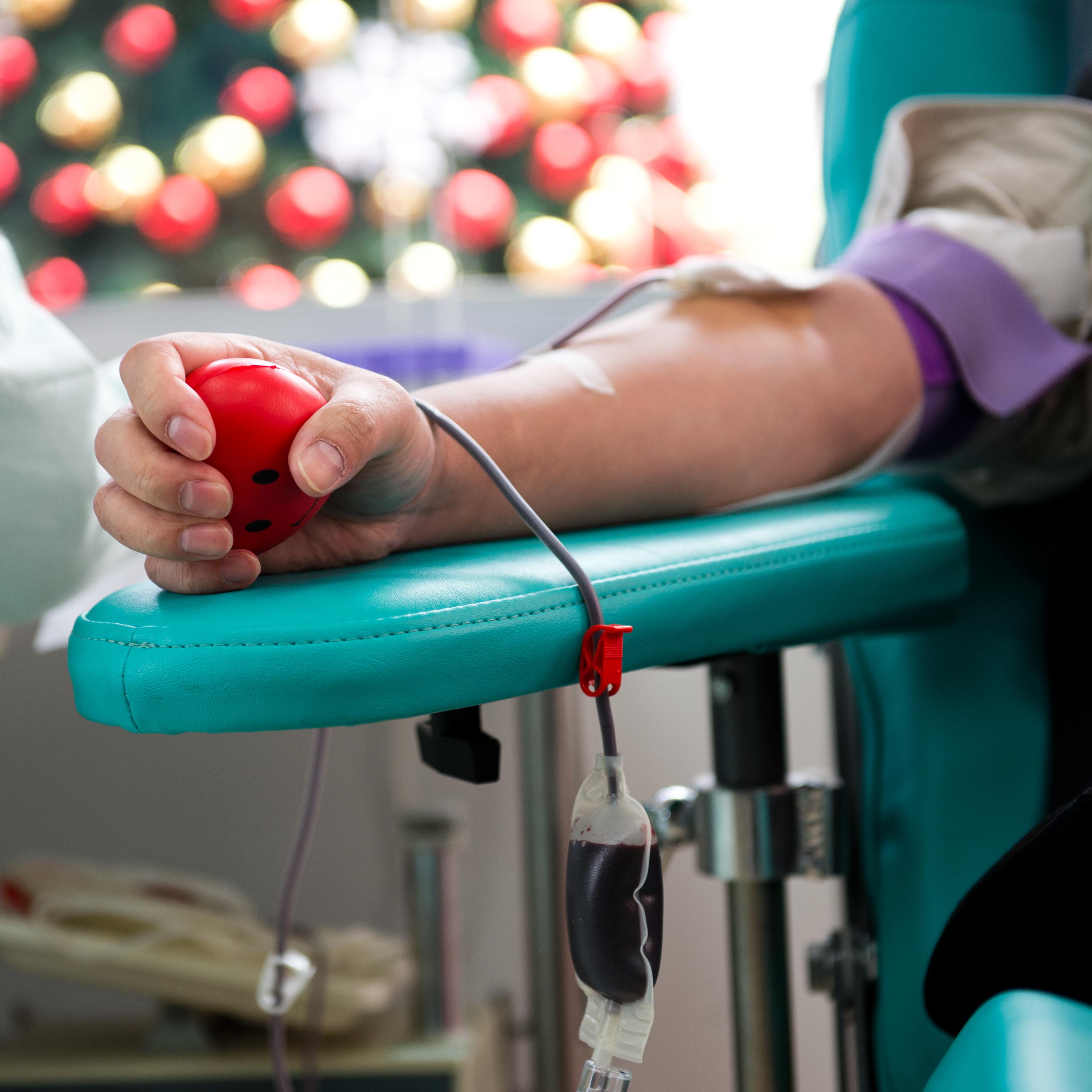 Inför jul- och nyårshelgen påminner man extra om behovet av blodgivare för att undvika blodbrist under jul- och nyårshelgerna.