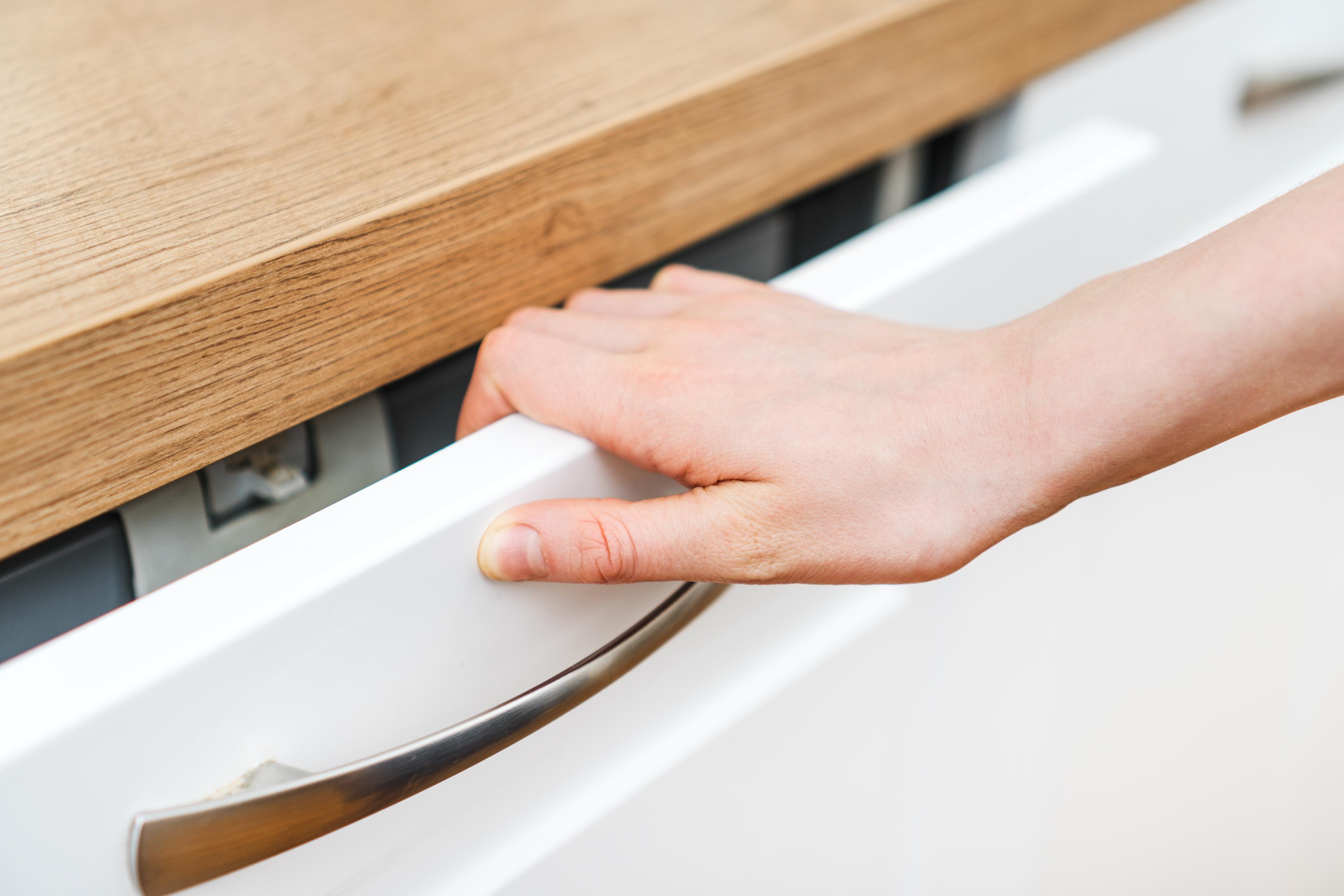 När man klämt fingret uppstår ofta en blödning under huden.