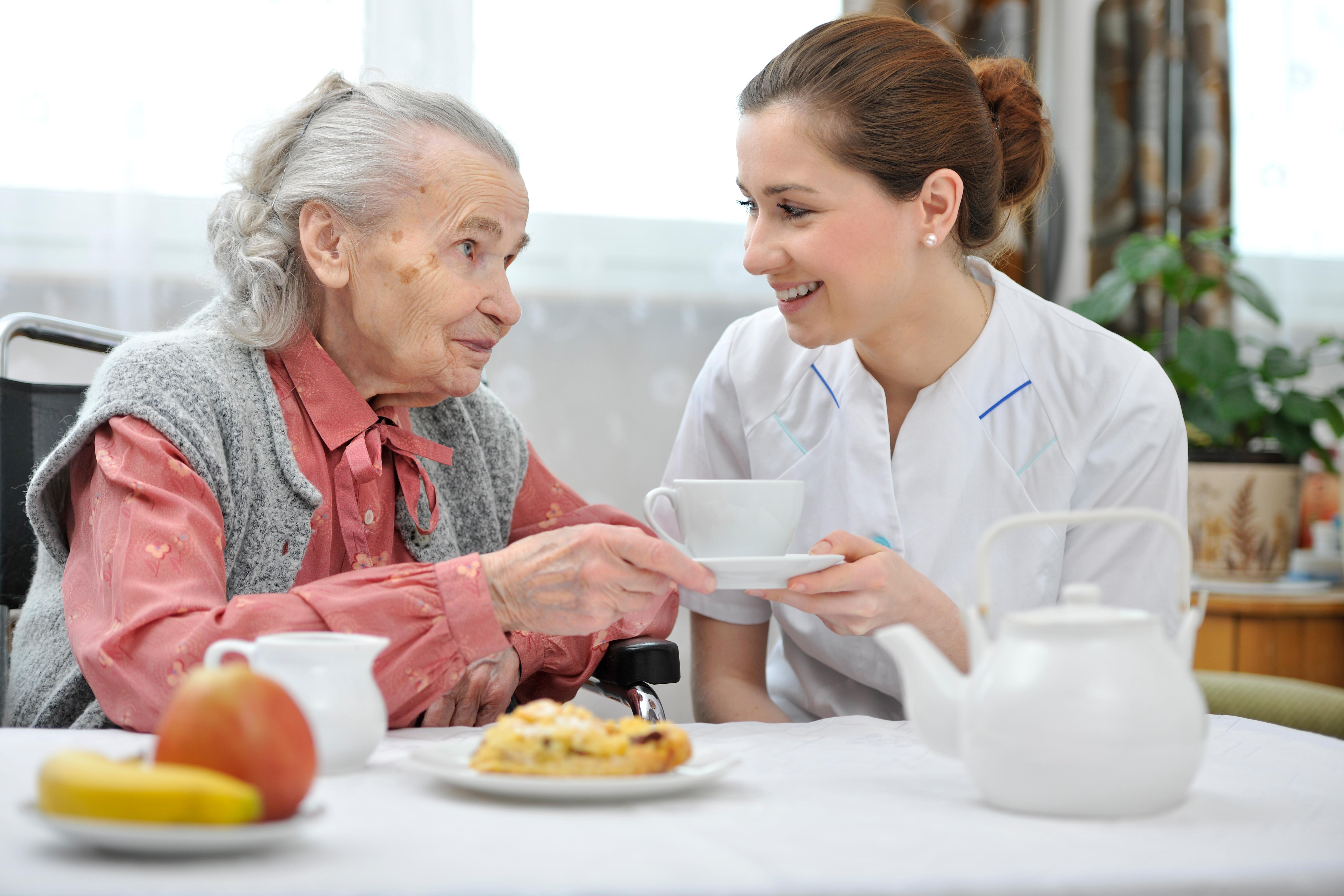 Nya riktlinjer: Alla dementa ska få matsällskap