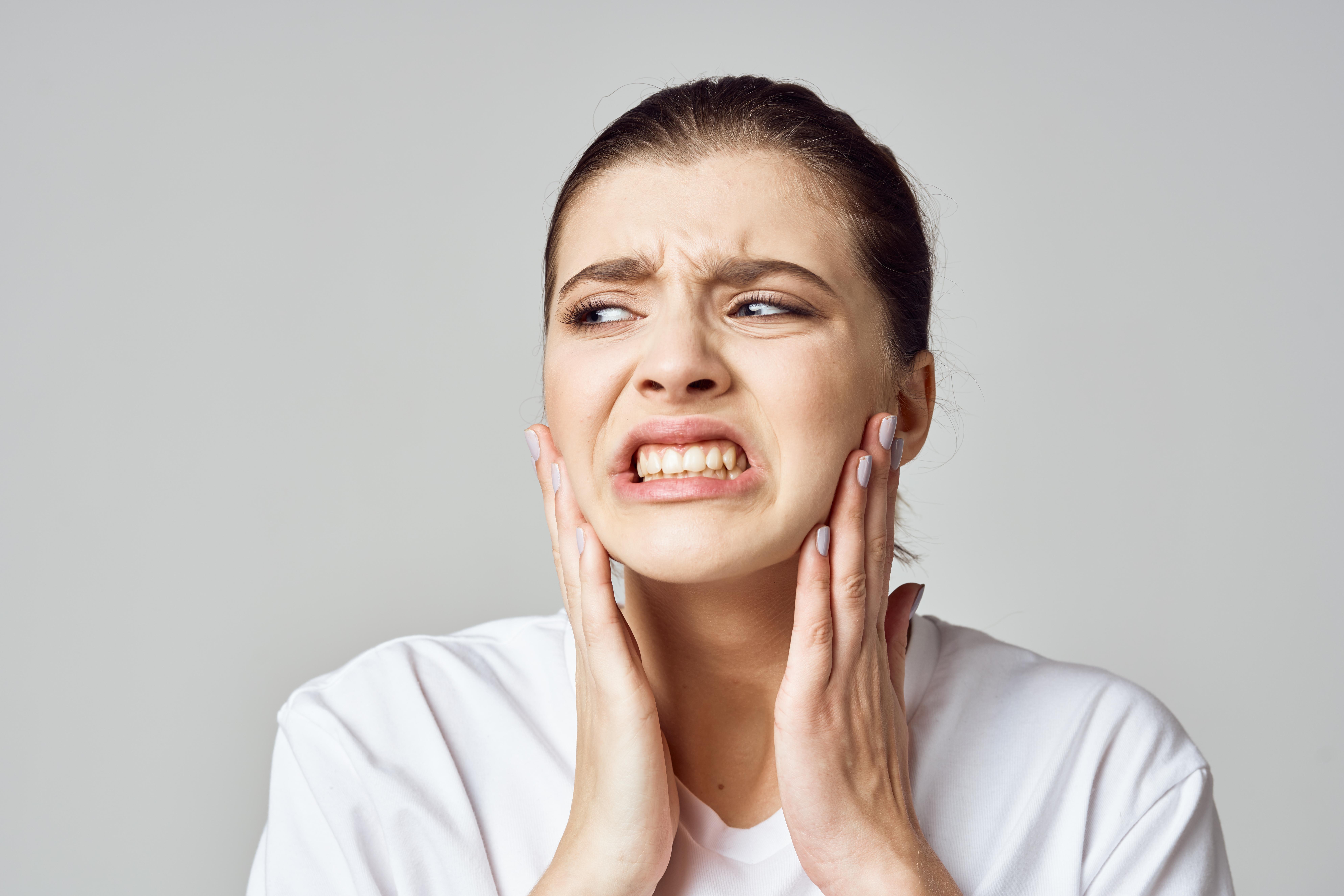 Besvären är vanligen orsakade av smärta från käkmuskulaturen eller käkleden, och en av fem som drabbats utvecklade ett långvarigt smärttillstånd.