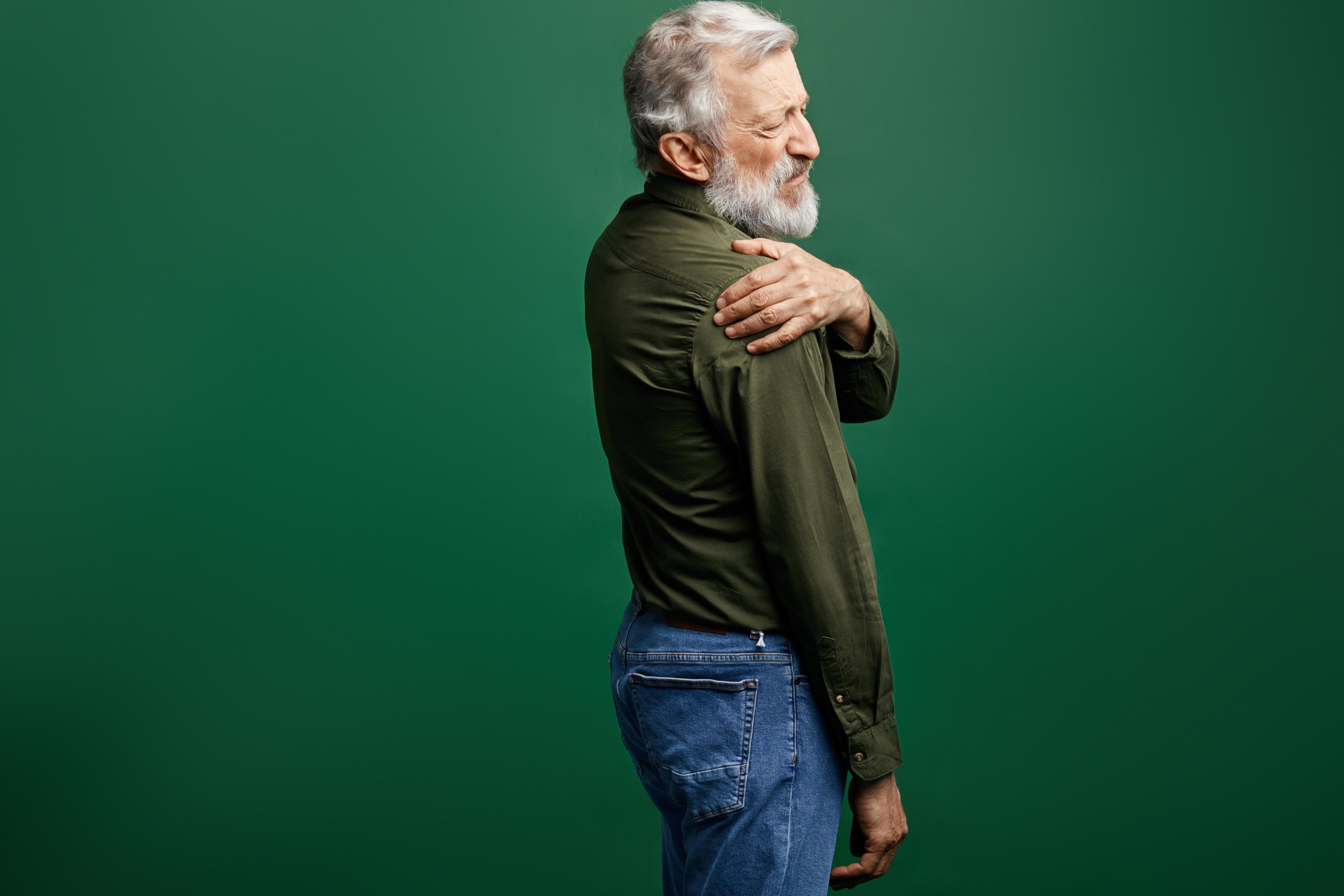Symtomen vid bältros börjar ofta med upplevd smärta på ena sidan av kroppen.