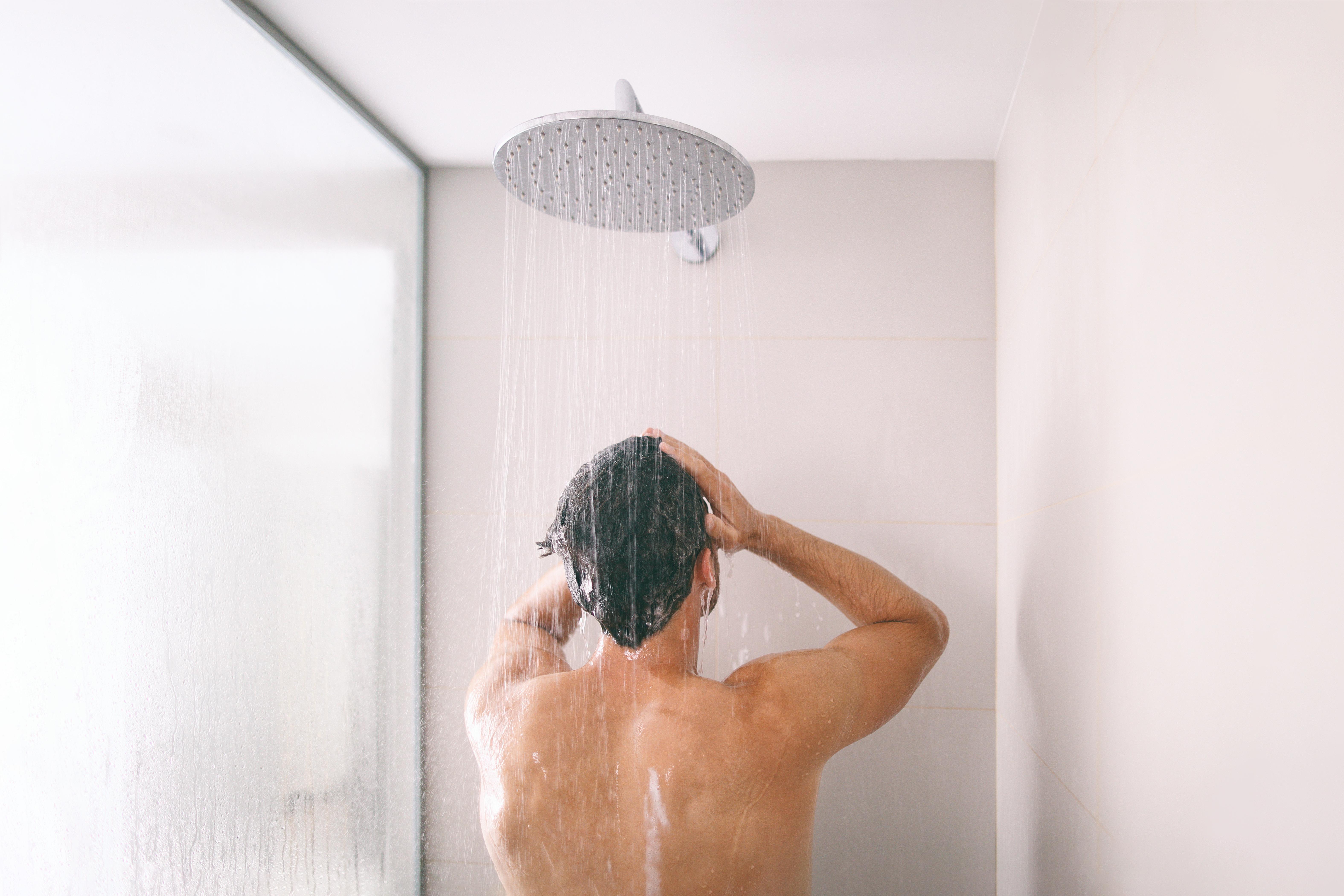 Förändringar i testiklarna behöver inte vara testikelcancer men det är bra att regelbundet undersöka pungen på egen hand, exempelvis när du duschar.