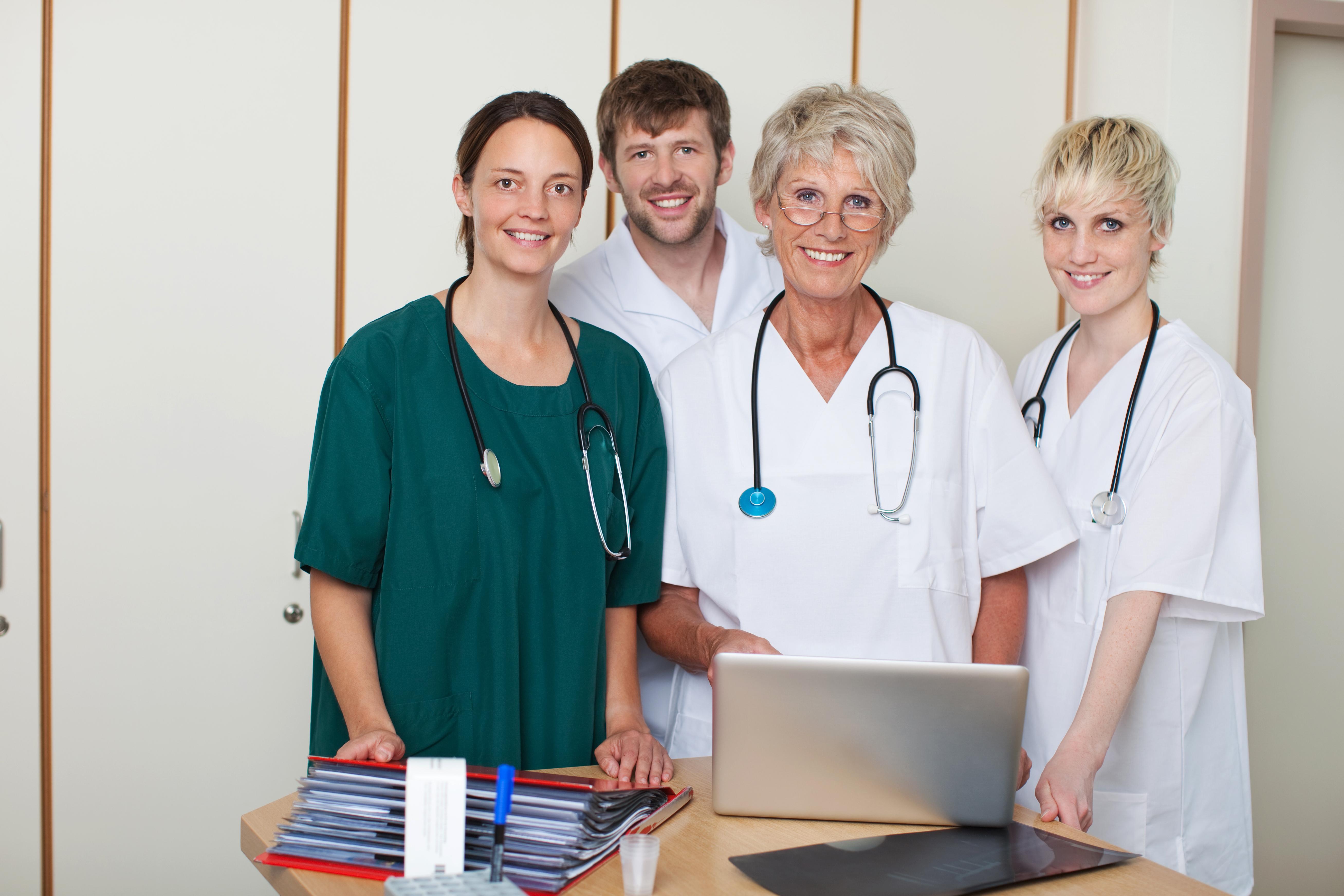 Läkarledda sjukhus var vanligare förr men nu visar forskning att det kan ha sina fördelar att en person med läkarbakgrund leder sjukhuset.