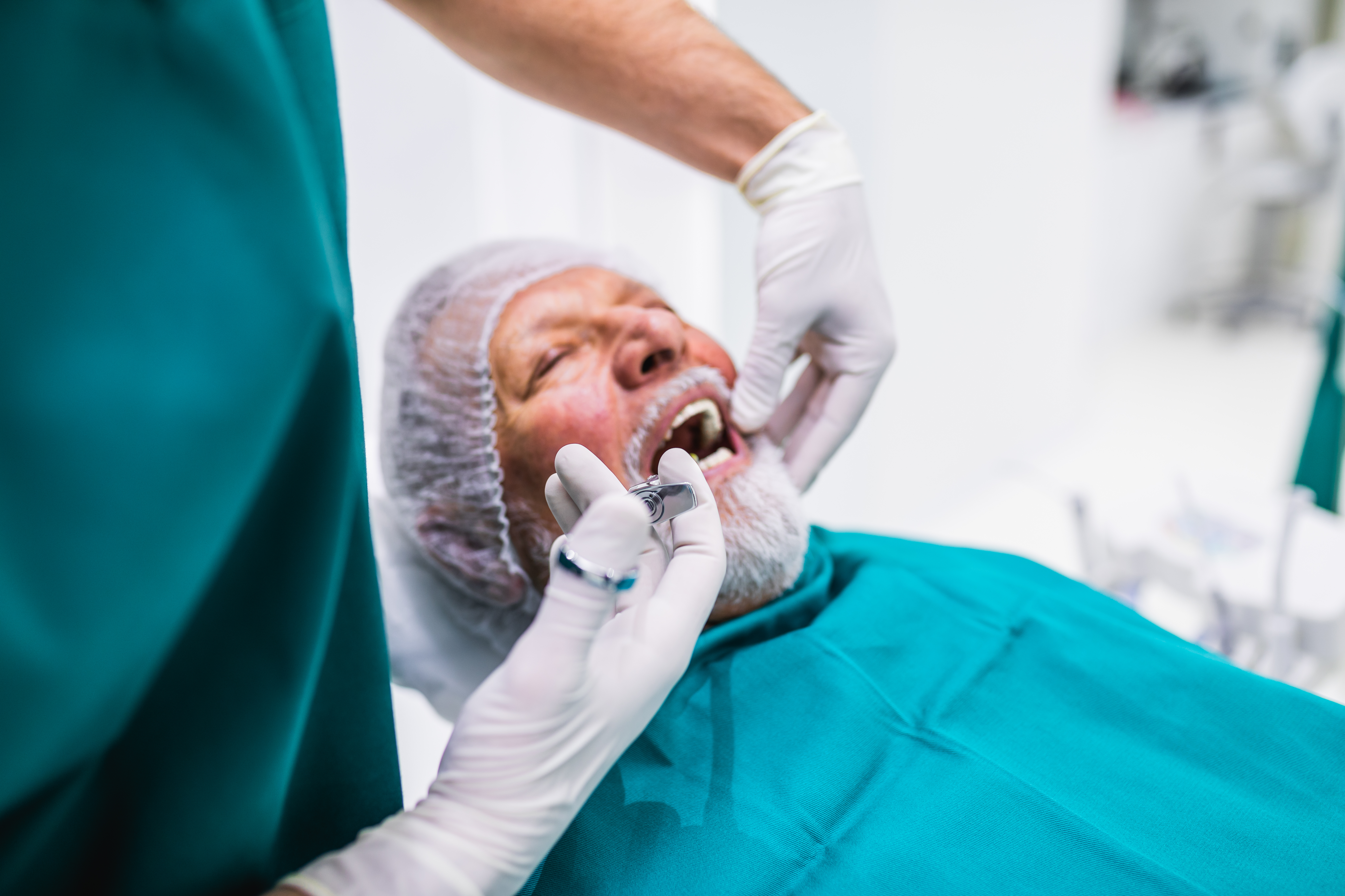 Den sociala kontakten är viktig, men går att minimera. Något som kan vara svårare att undvika är behovet av akut sjukvård och tandvård.