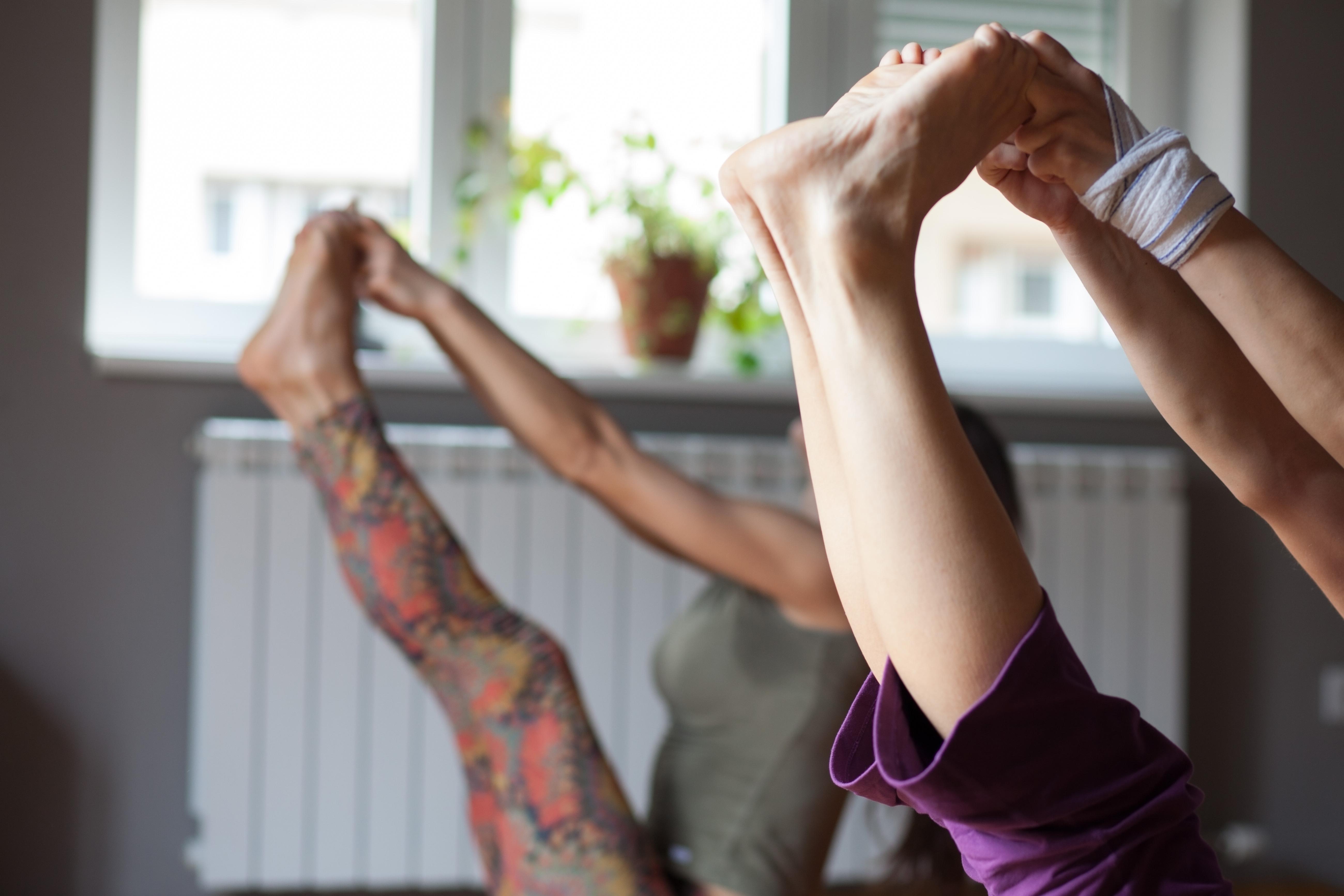 Medicinsk yoga är terapeutiskt med mjuka fysiska yogaövningar där fokus ligger på att töja, böja och stretcha.