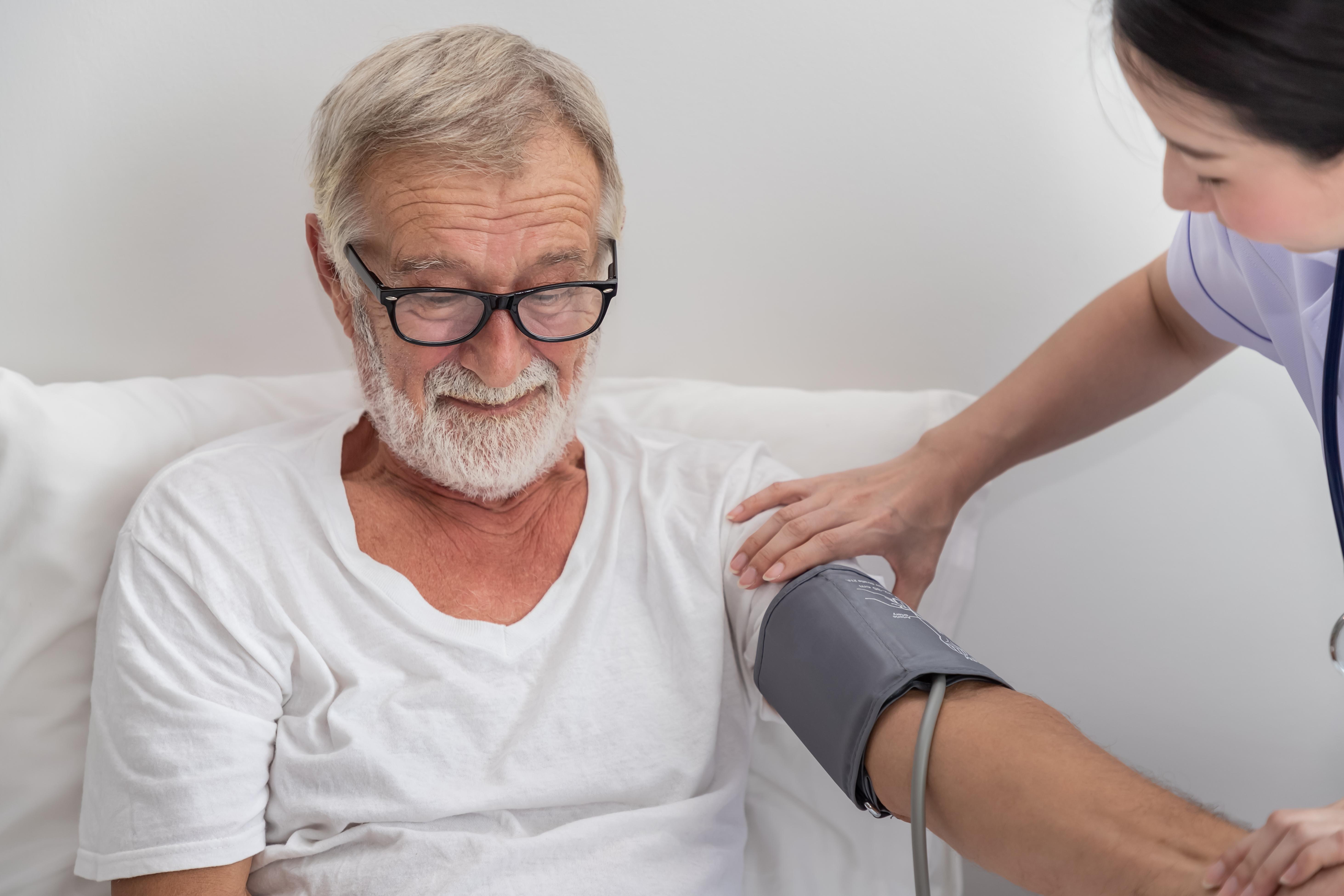 Dåligt behandlad typ 2-diabetes, även kallad åldersdiabetes, kan leda till att ditt blodtryck blir högre och att dina kolesterolnivåer höjs.