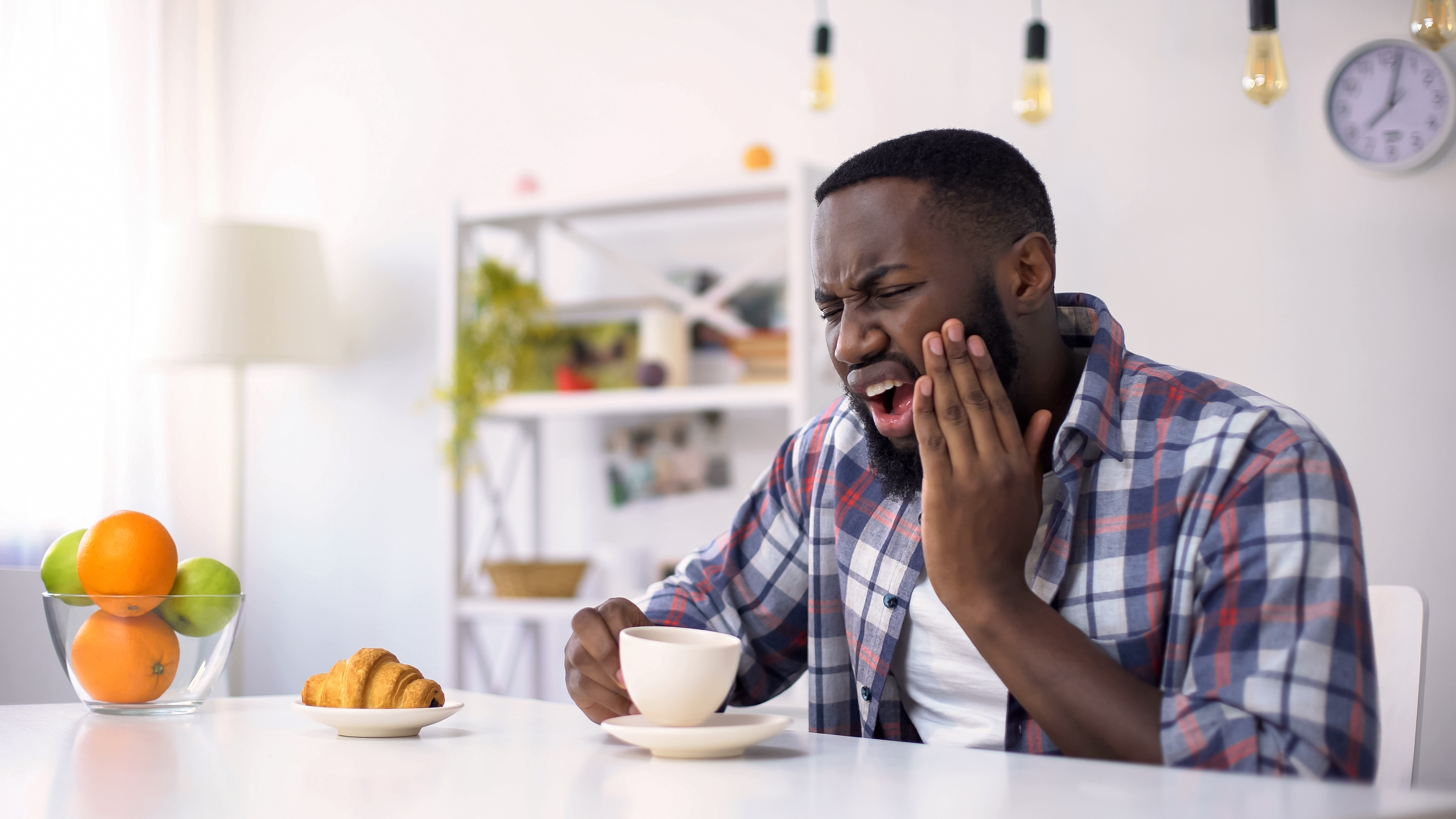 Ilningar och isningar i tänderna kan uppstå när du äter eller drickor och den bakomliggande orsaken kan variera.