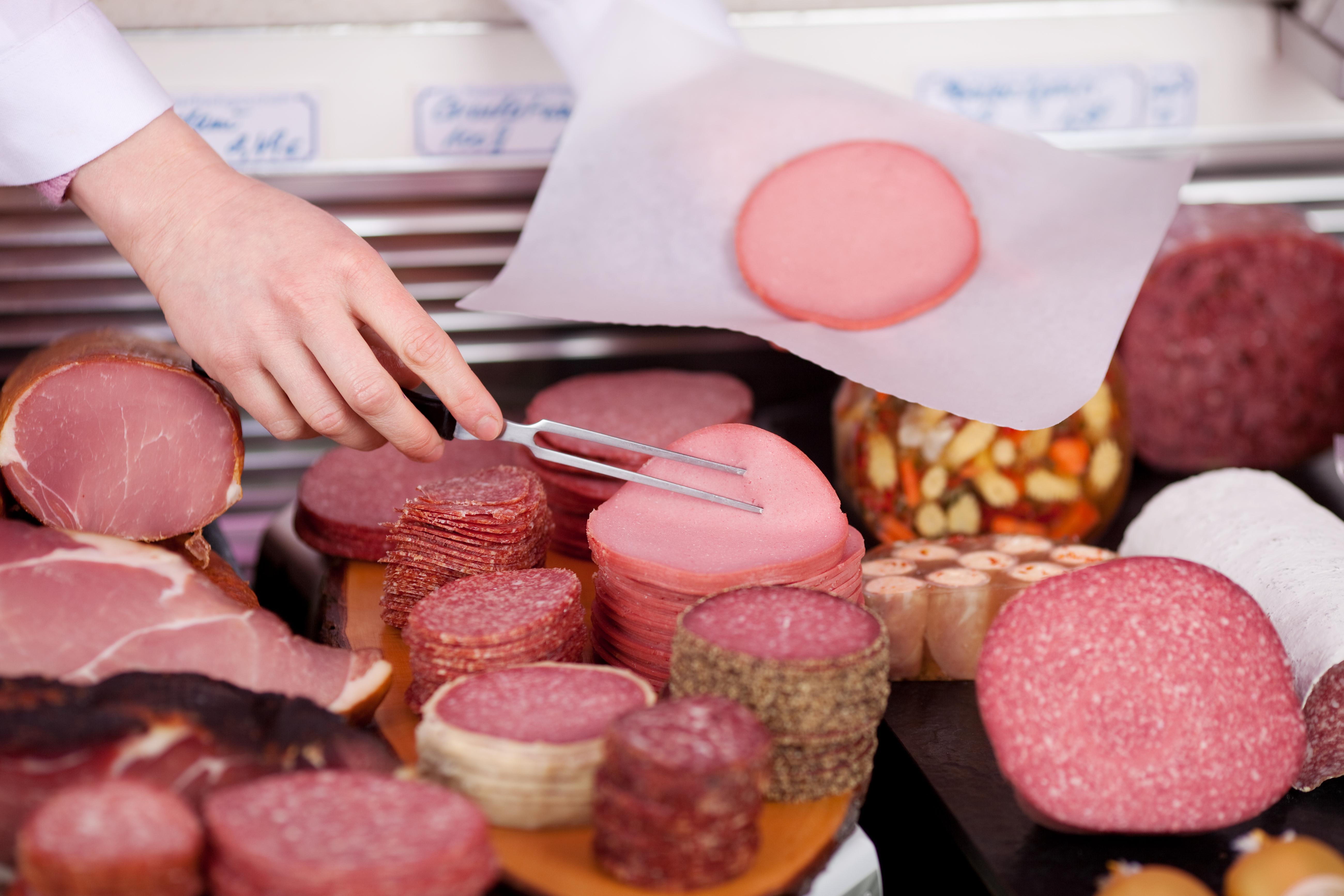När WHO talar om rökt och processat kött innefattar det charkuteriprodukter såsom bacon, skinka och korv.