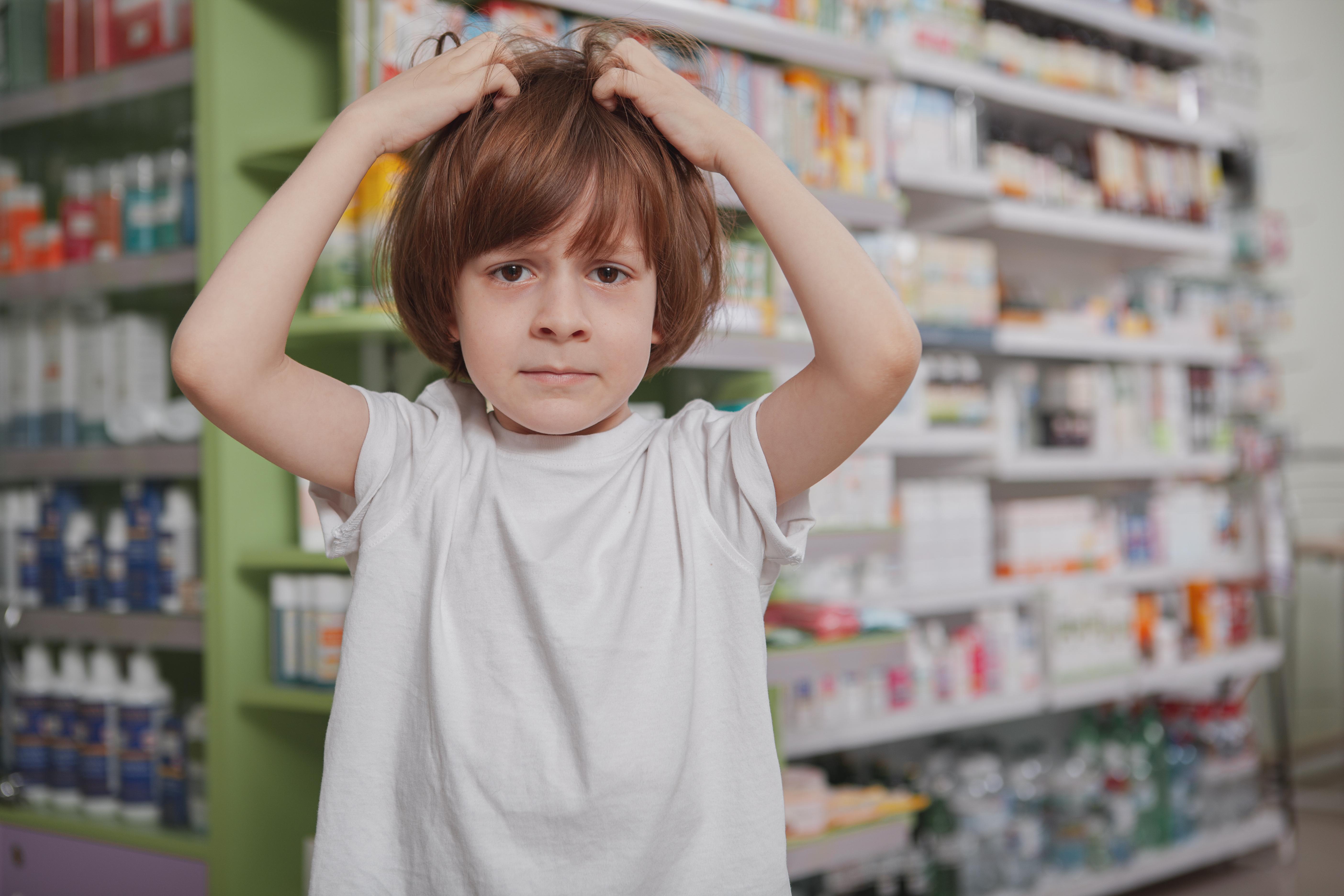 Svamp i hårbotten drabbar oftare barn än vuxna och eftersom det är smittsamt behöver man sätta in behandling tidigt.