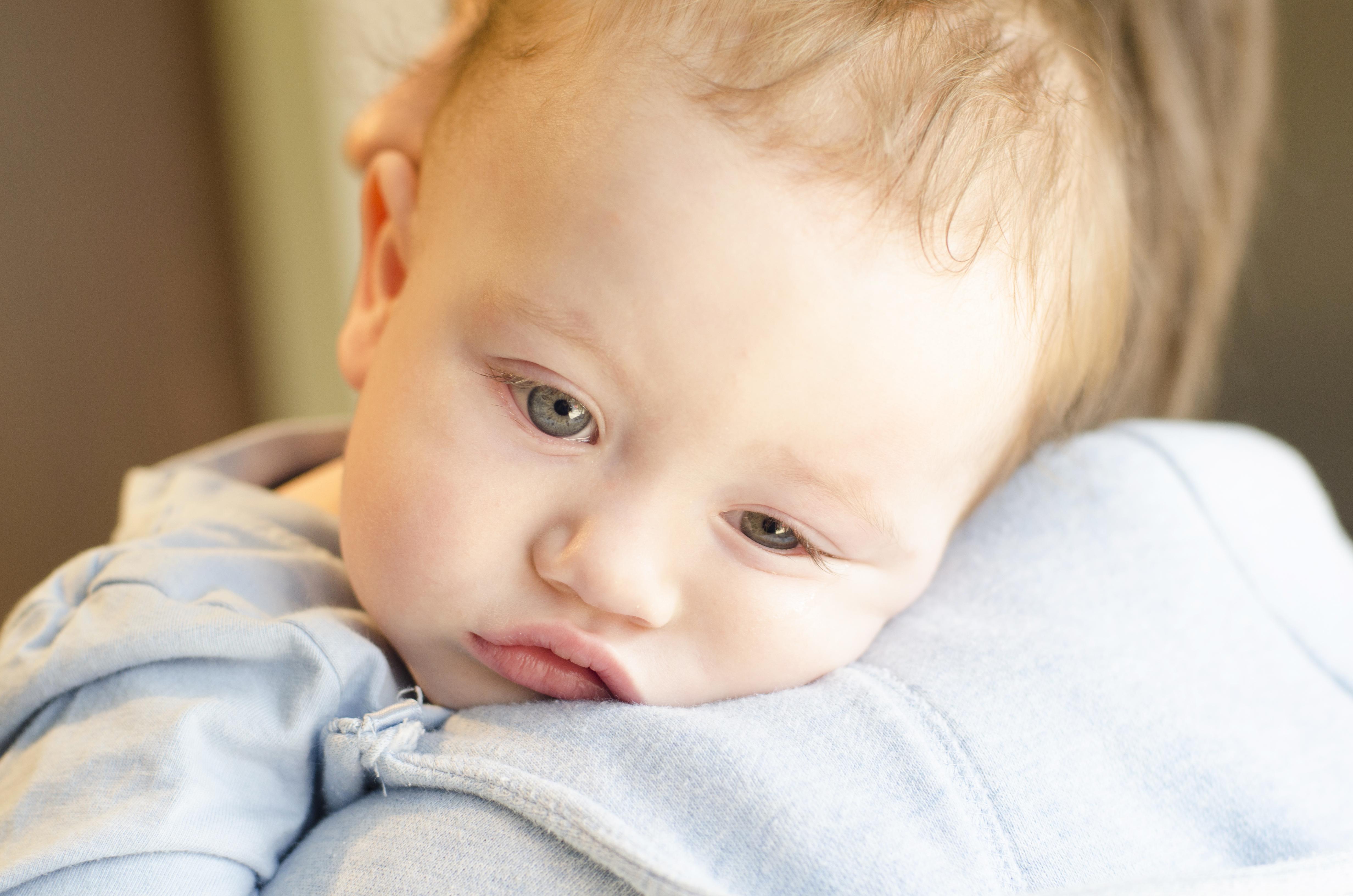 På sjukhusen runt om i landet uppmanar man småbarnsföräldrar att i möjligaste mån hålla sina bebisar hemma.