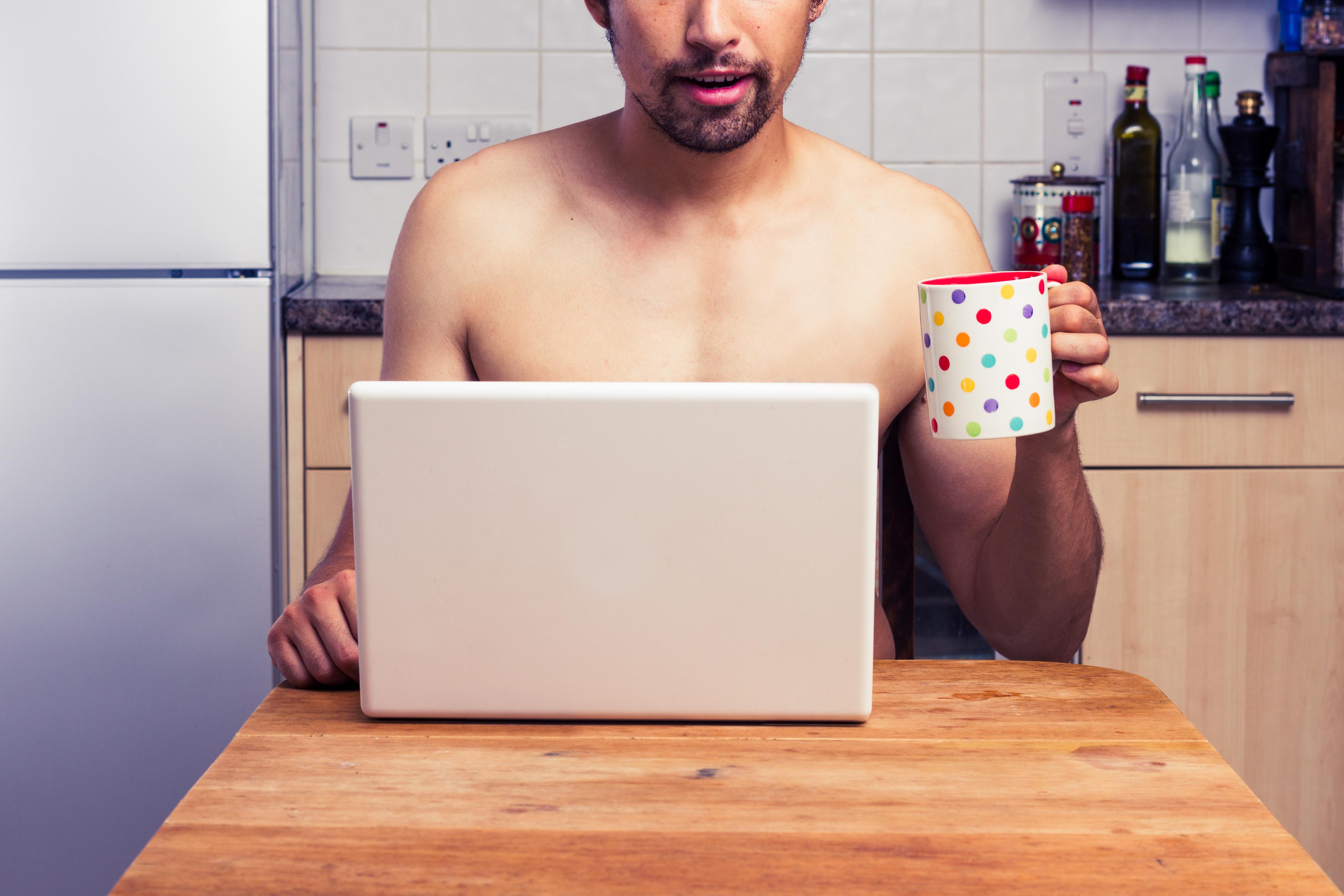 Att vara naken hemma kan vara ett tecken på högre intelligens.
