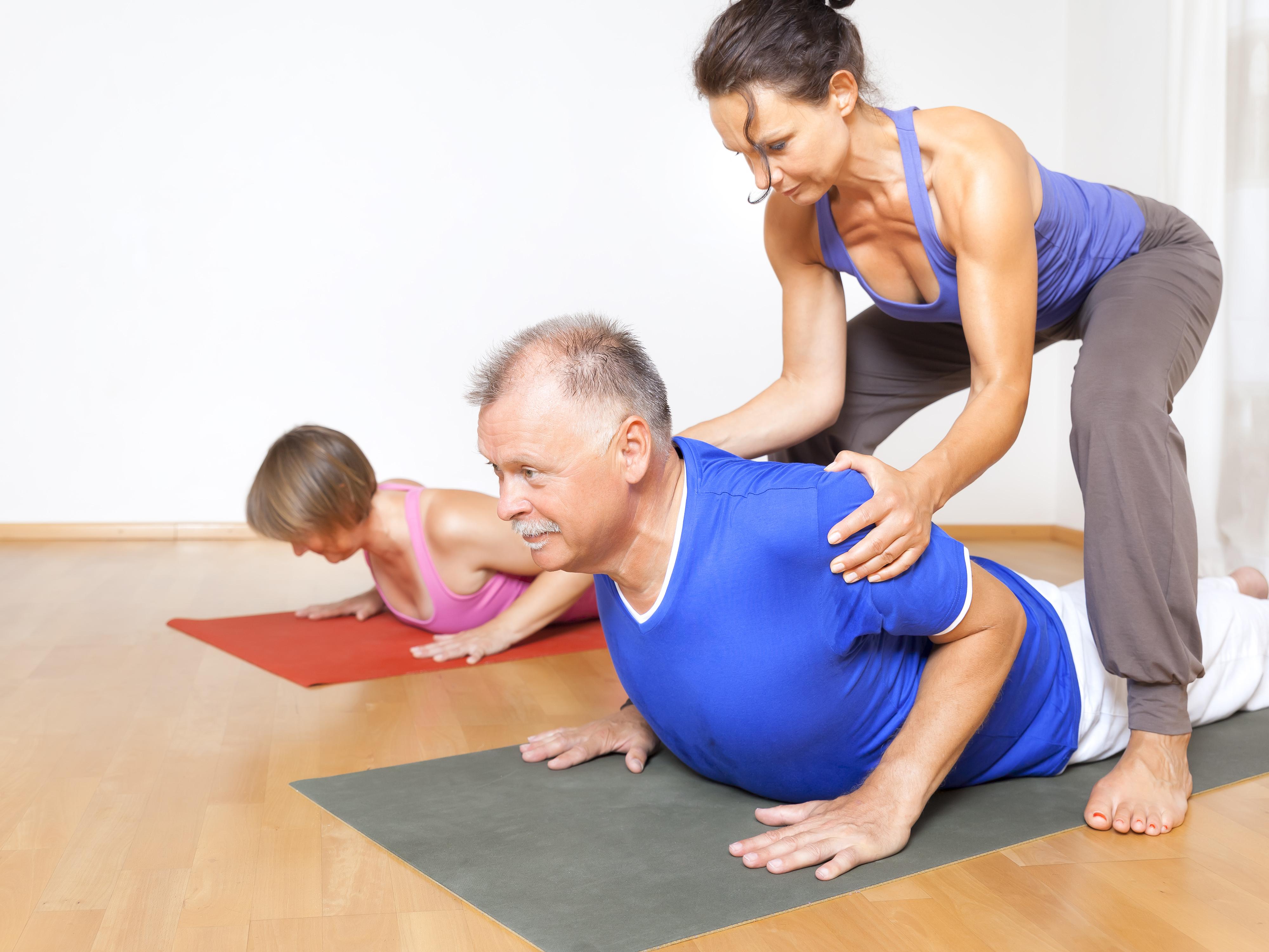 Deltagarna utförde särskilt anpassade yogasekvenser framtagna av artrosexperter för att avlasta lederna.