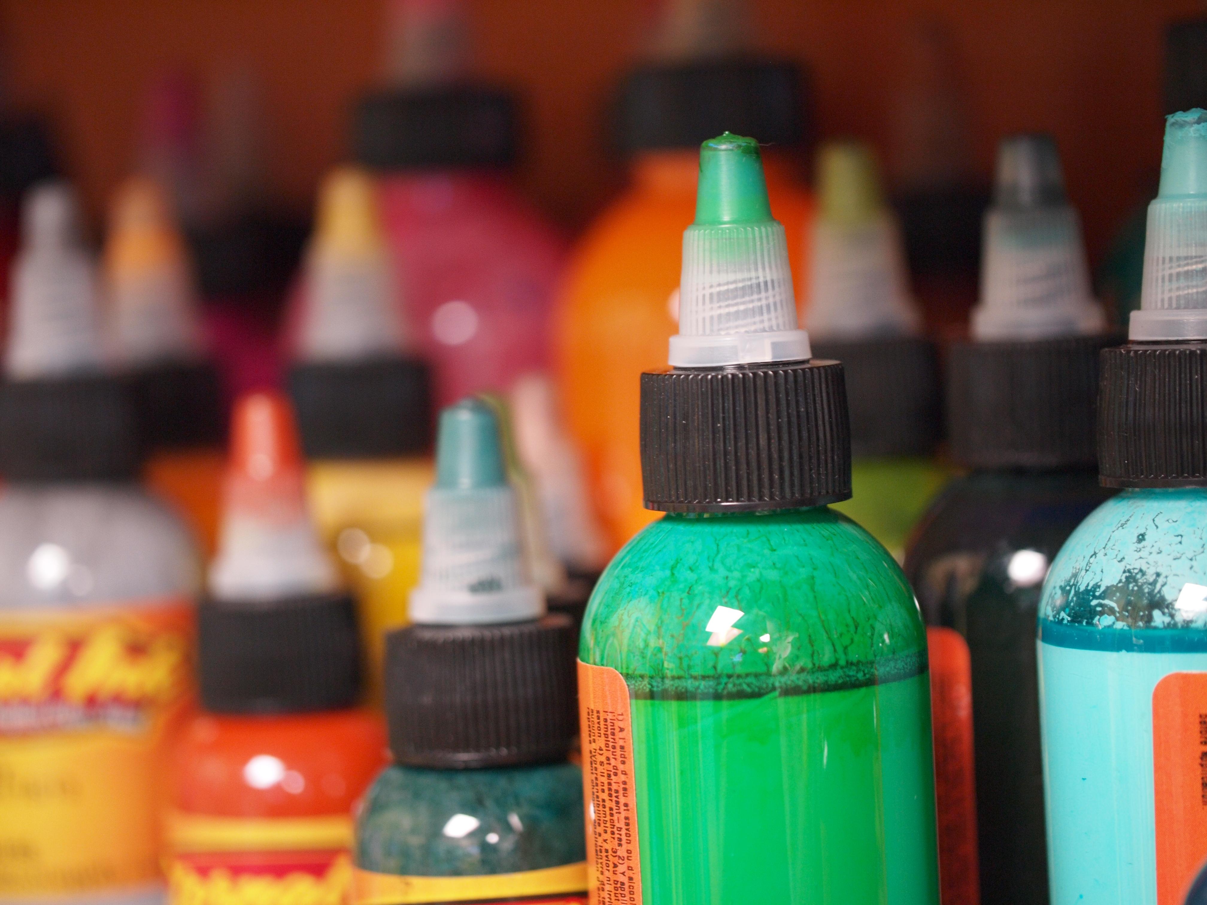 Läkemedelsverket uppmanar alla som vill tatuera sig att fråga ut den som håller i nålen om färgerna.