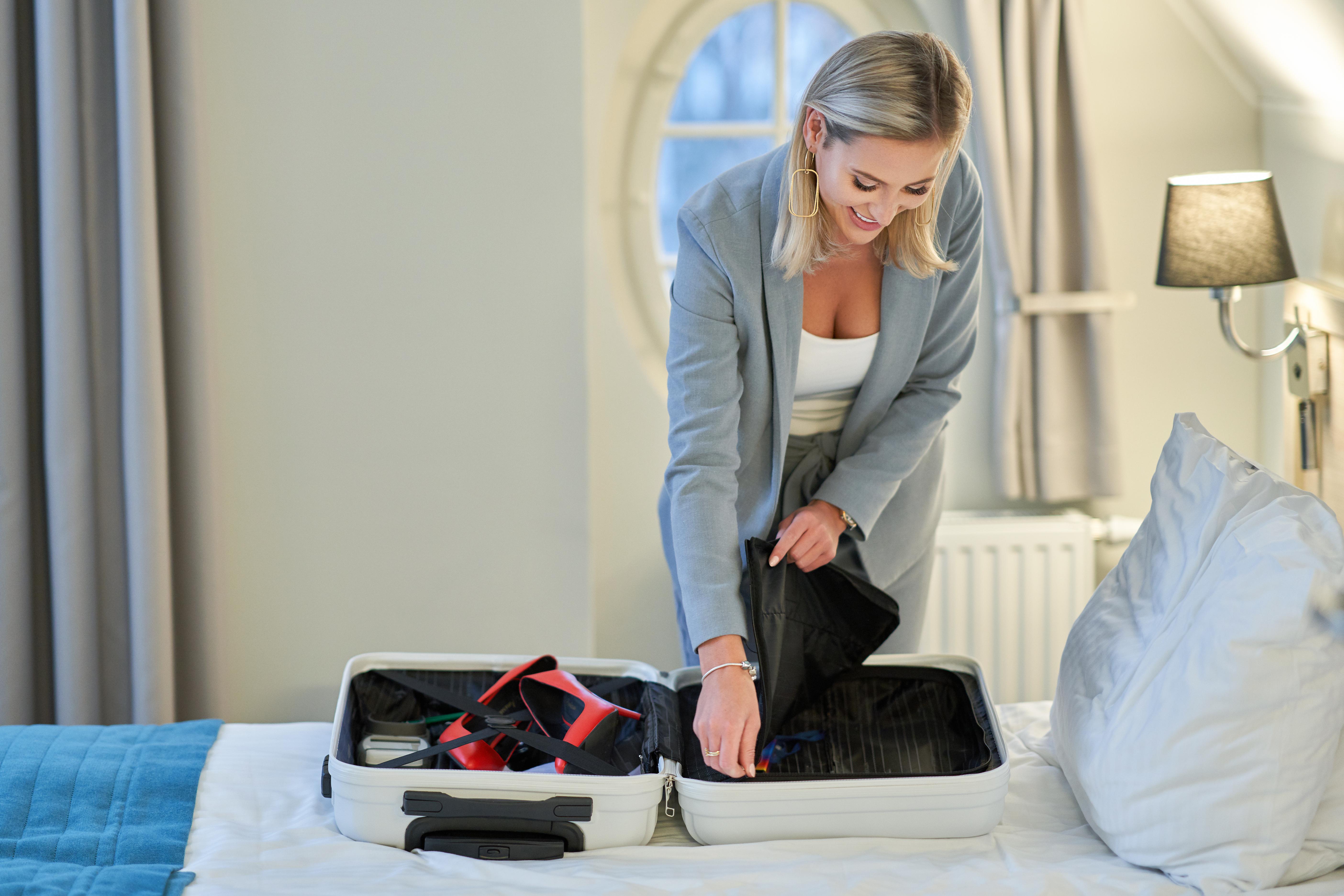 Placera aldrig resväskan i hotellsängen.
