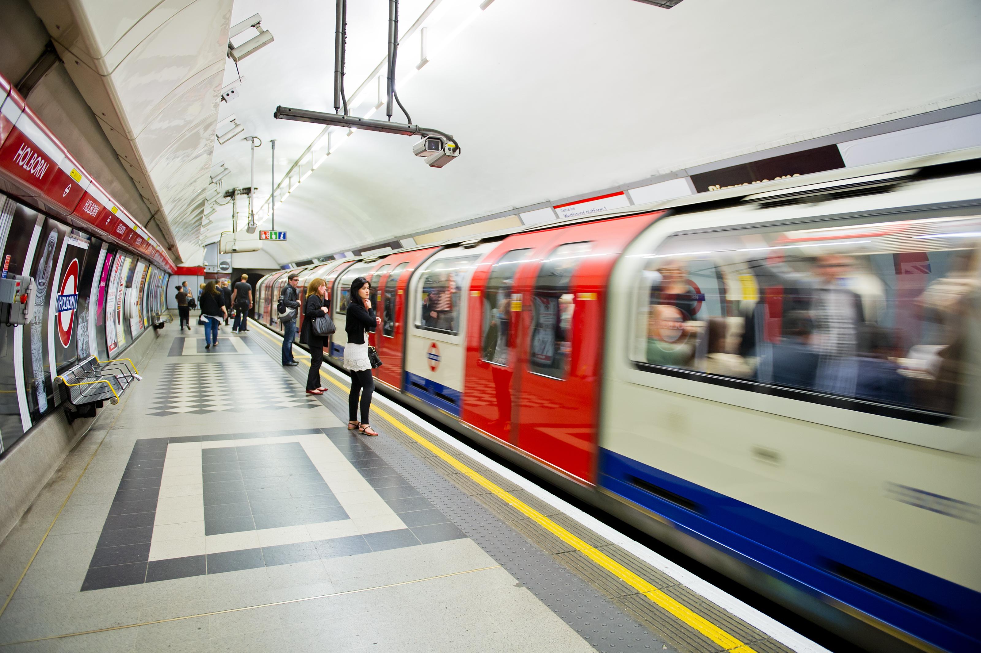 I Londons kollektivtrafik har man förbjudit reklam för mat och dryck som innehåller höga halter av fett, salt och socker.