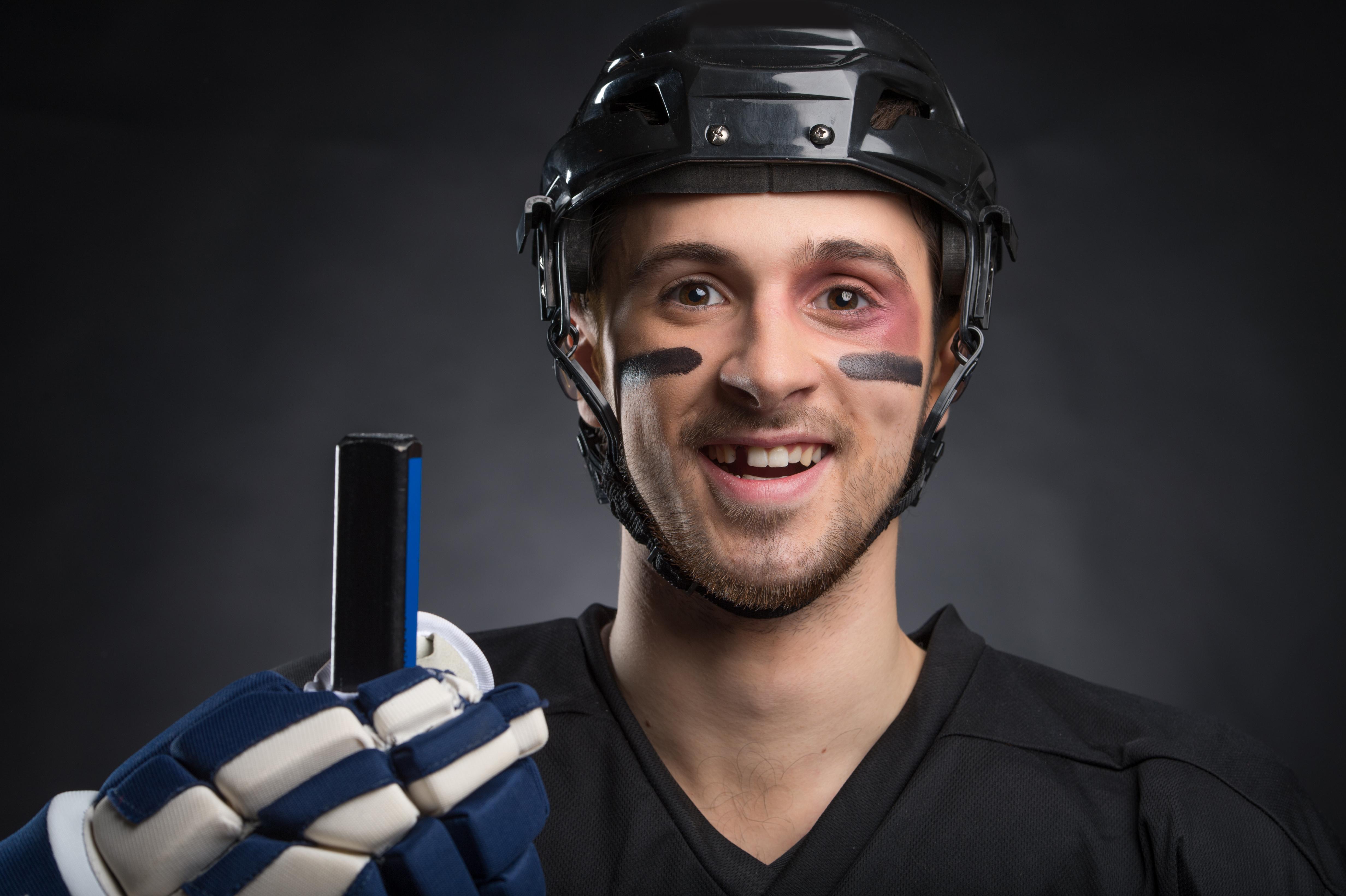 En utslagen tand kan ofta räddas, om man beger sig till tandläkaren snabbt och ser till att tanden inte torkar ut.