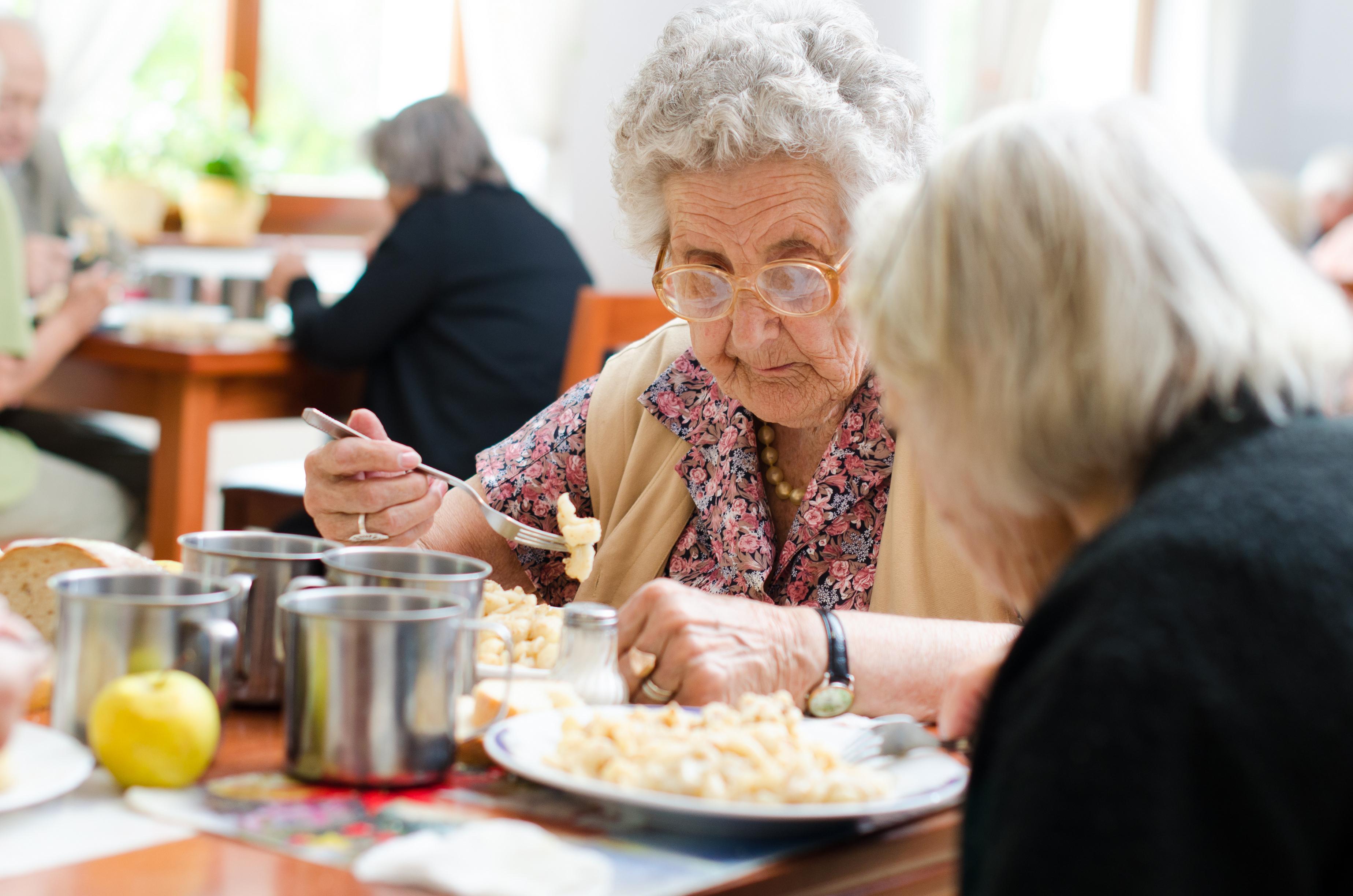Många drar ner på maten för att gå ner i vikt, men när man blir äldre kan det snarare handla om att hålla vikten uppe.
