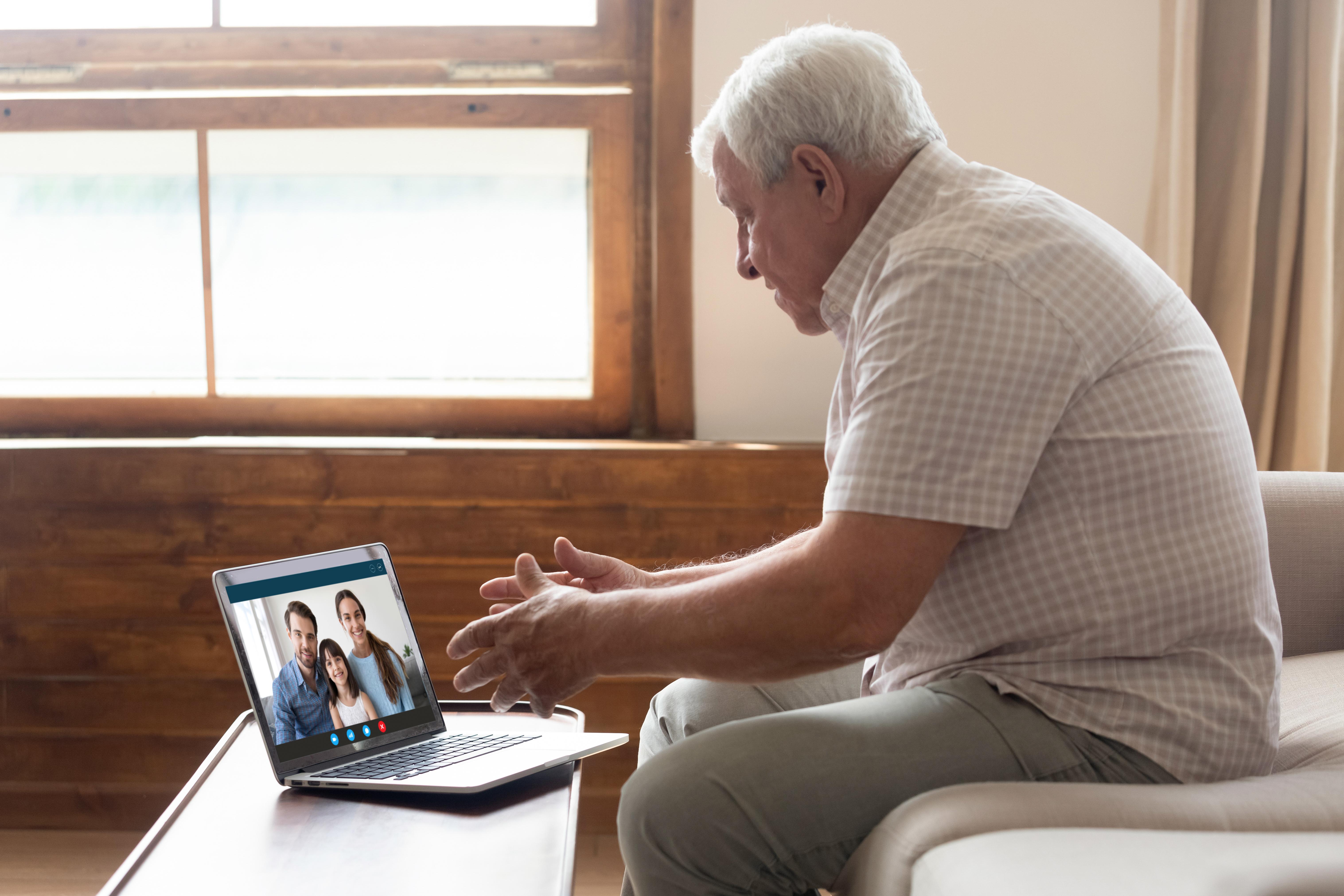 Ta reda på möjligheten att genomföra videosamtal, många upplever att det är skönt och mer personligt att se varandra.