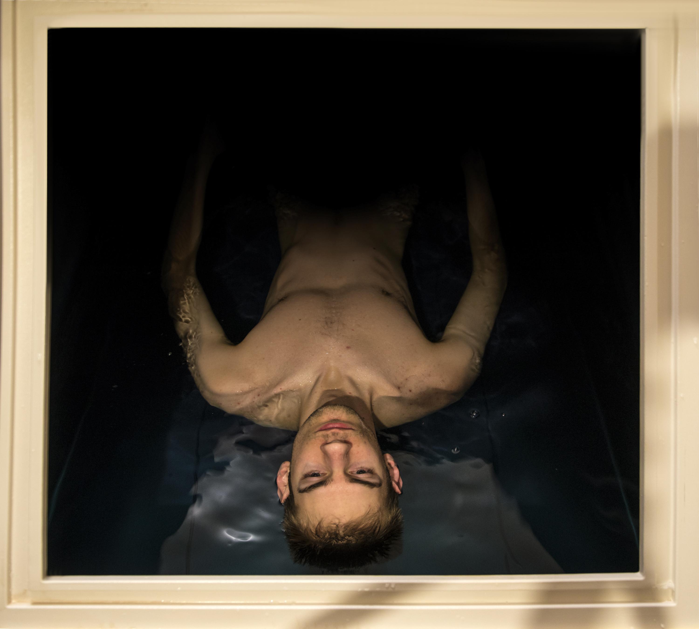 Floating är terapi på det sättet att muskler och sinnen går in i en djupgående vila.