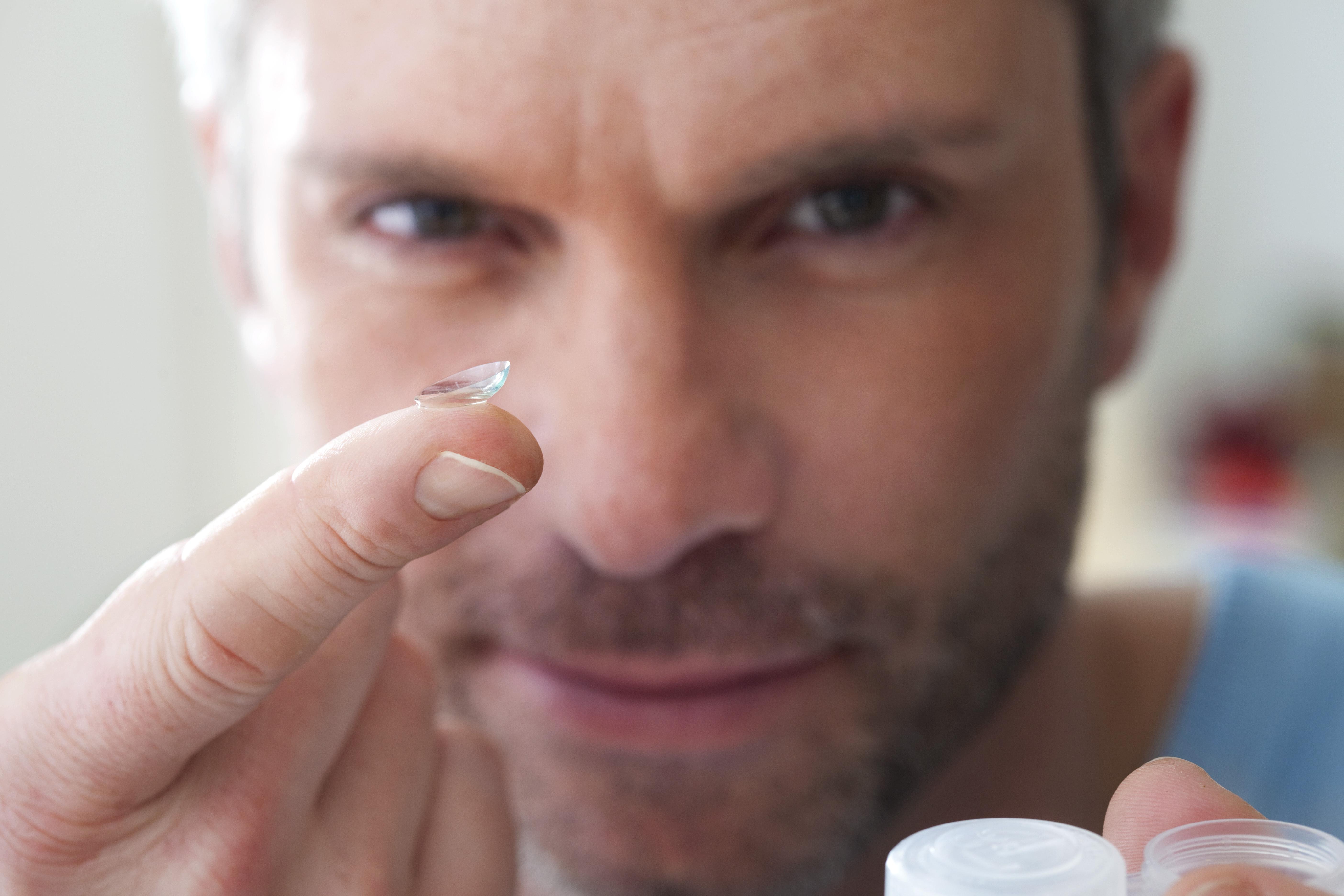 Användning av kontaktlinser kan bidra till att du drabbas av torra ögon och det är alltid viktigt att hitta den bakomliggande orsaken till torra ögon.