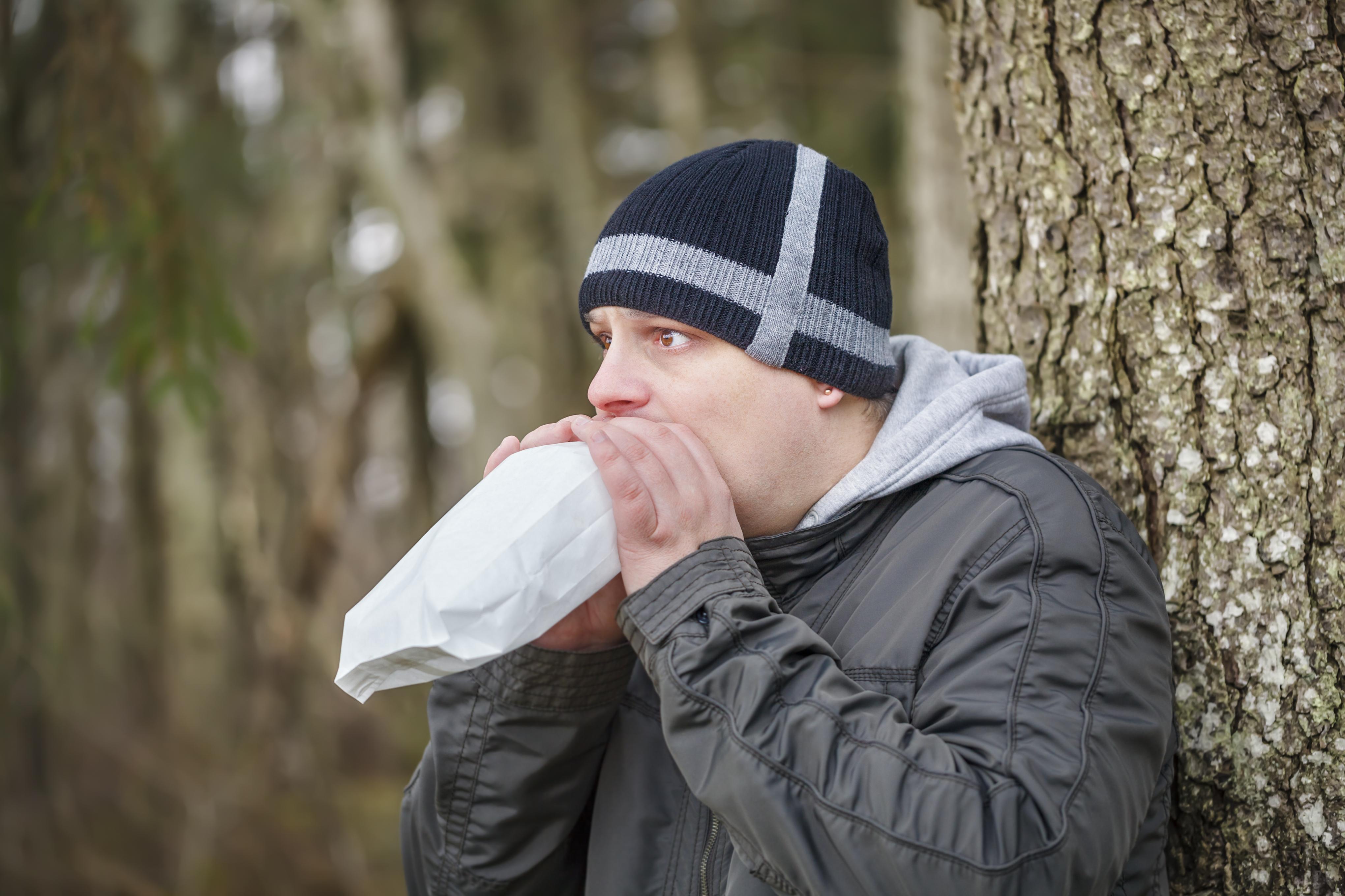 Det kan ibland hjälpa att andas i en papperspåse när man hyperventilerar.
