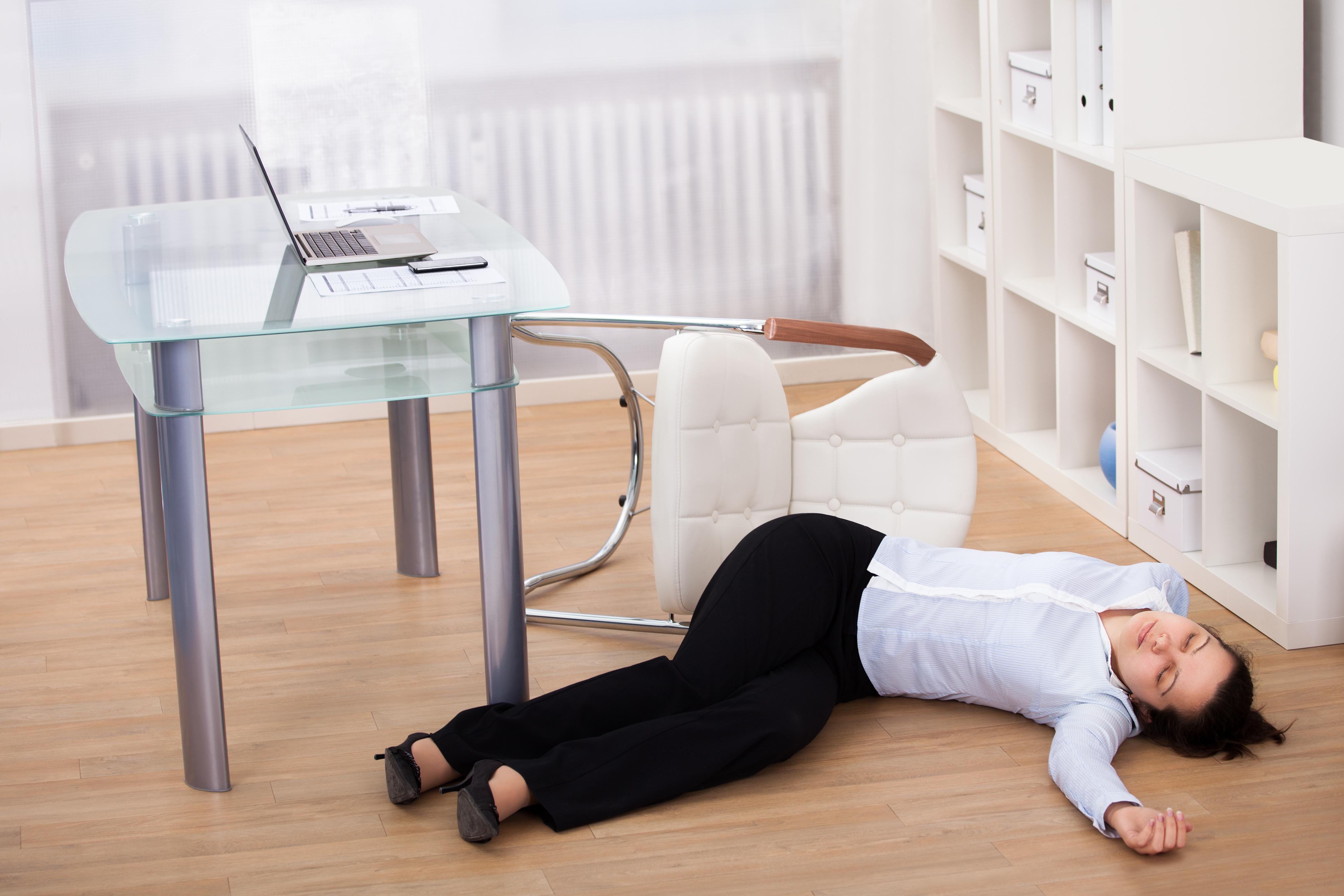 Att svimma är oftast ofarligt, men om en person som svimmat inte vaknar till inom två minuter bör man genast kontakta sjukvården.