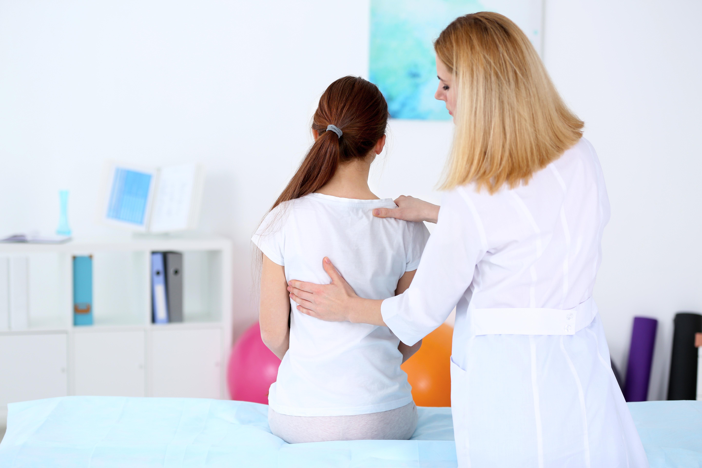 Skolios innebär att patienten har en krökt rygg, vilket kan bero på medfödda missbldningar eller olika långa ben.