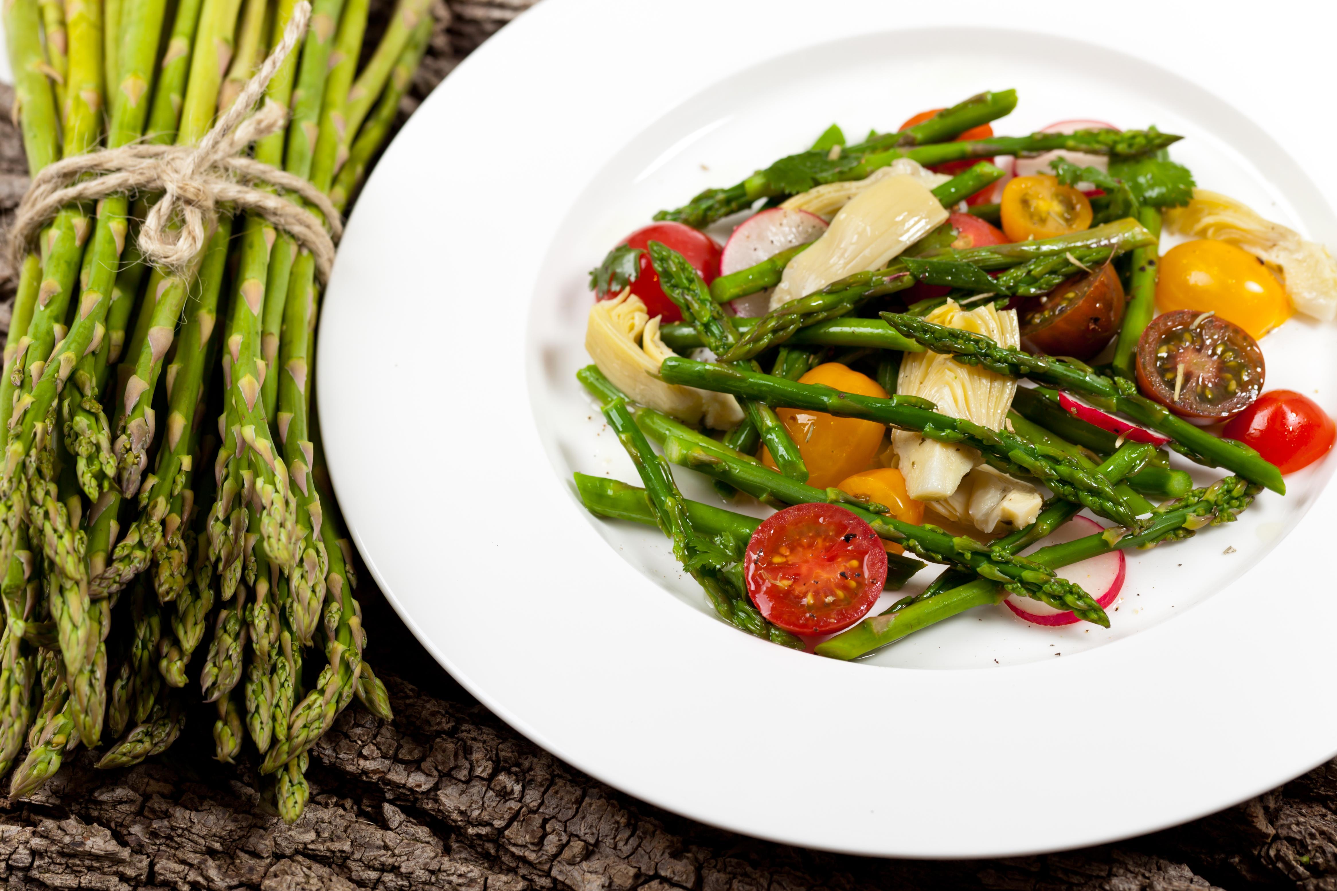 shutterstock_186595487 mat och hitta fler matrecept veckans recept sparris spenat sallad.jpg