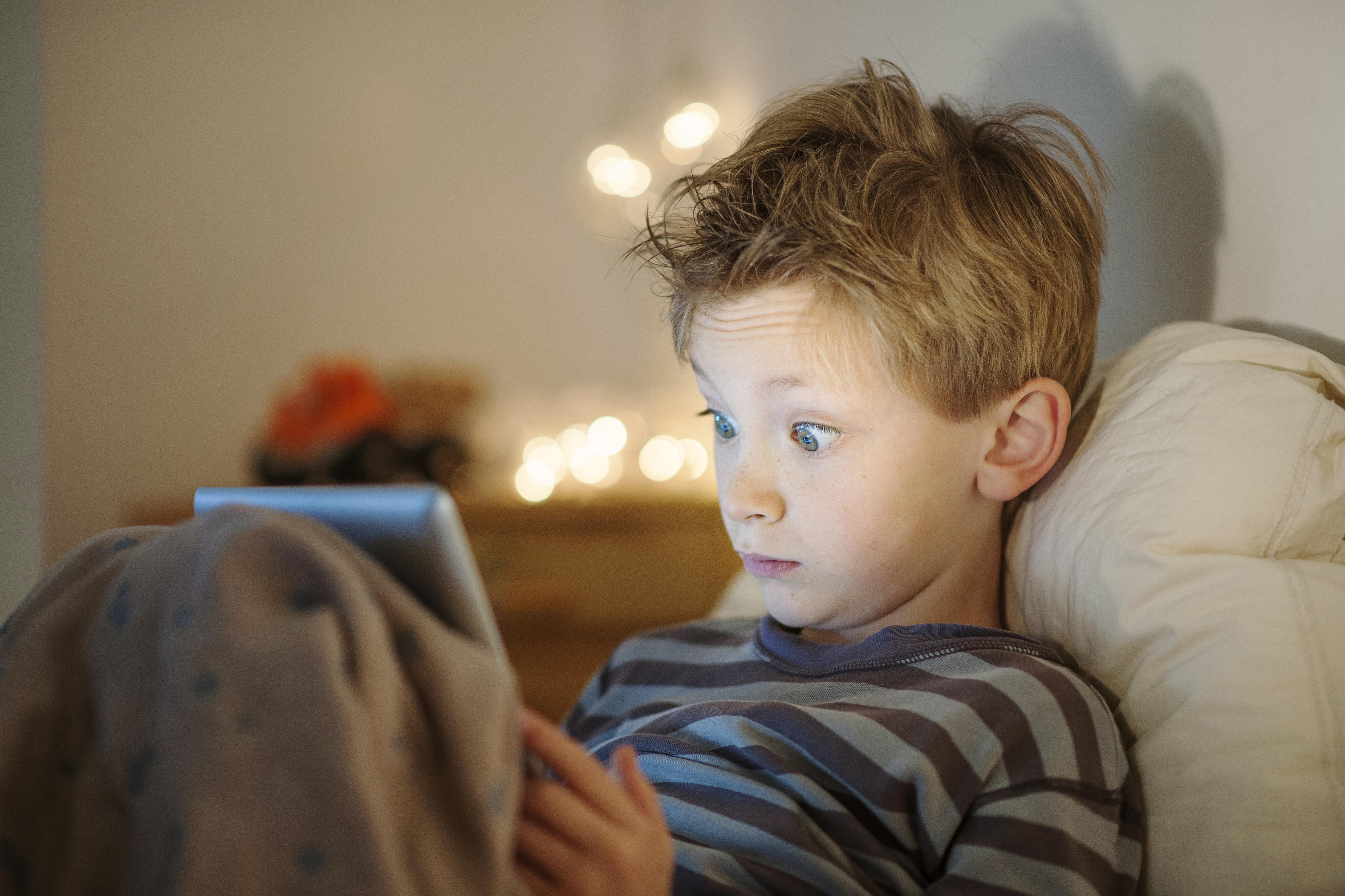 Studien pekar på att närvaron av små skärmar verkar påverka barns sömnvanor mer än tv.