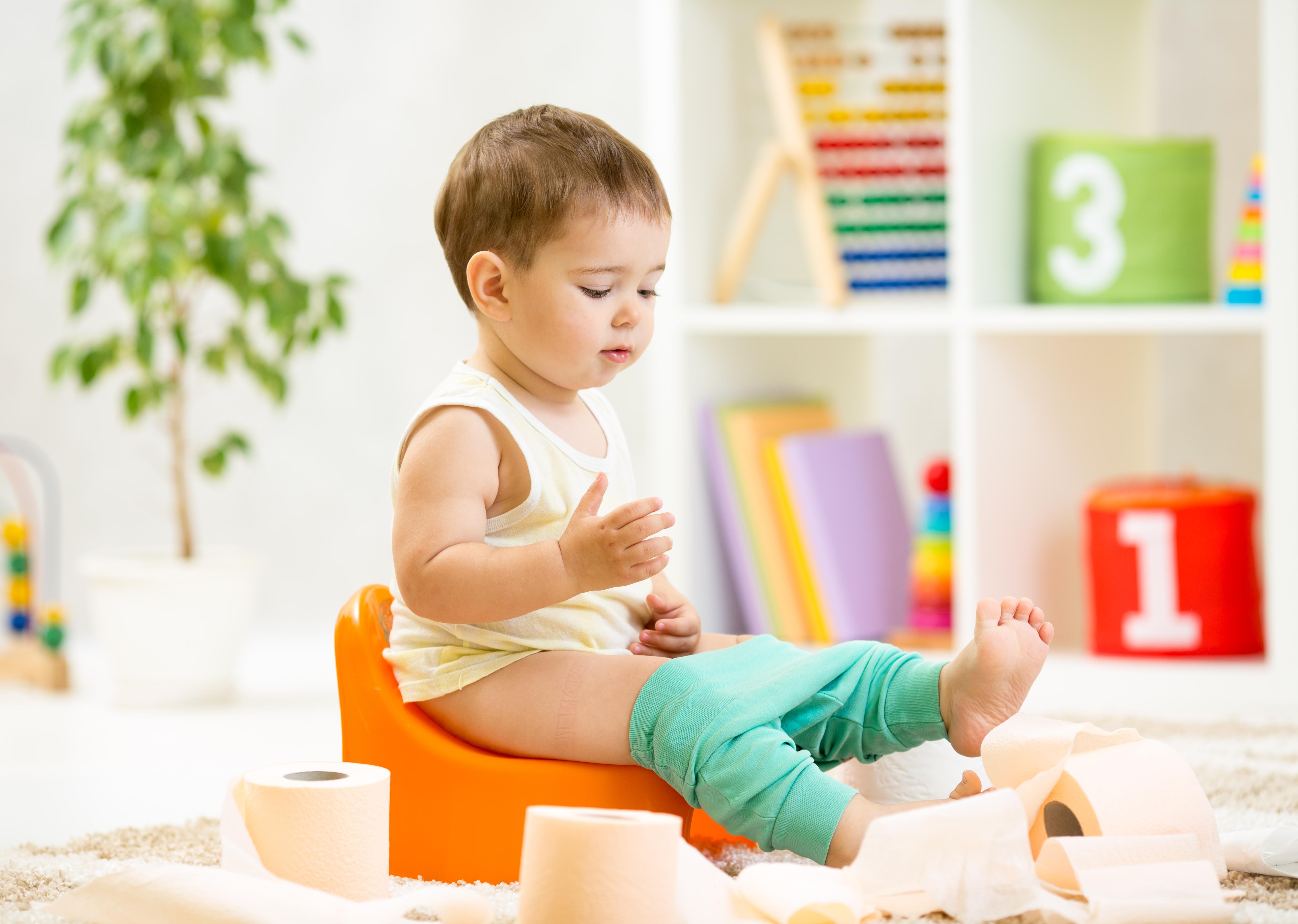 Förstoppning hos barn innebär att barnet bajsar mindre än 3 gånger per vecka och kan orsaka smärtor och obehag.