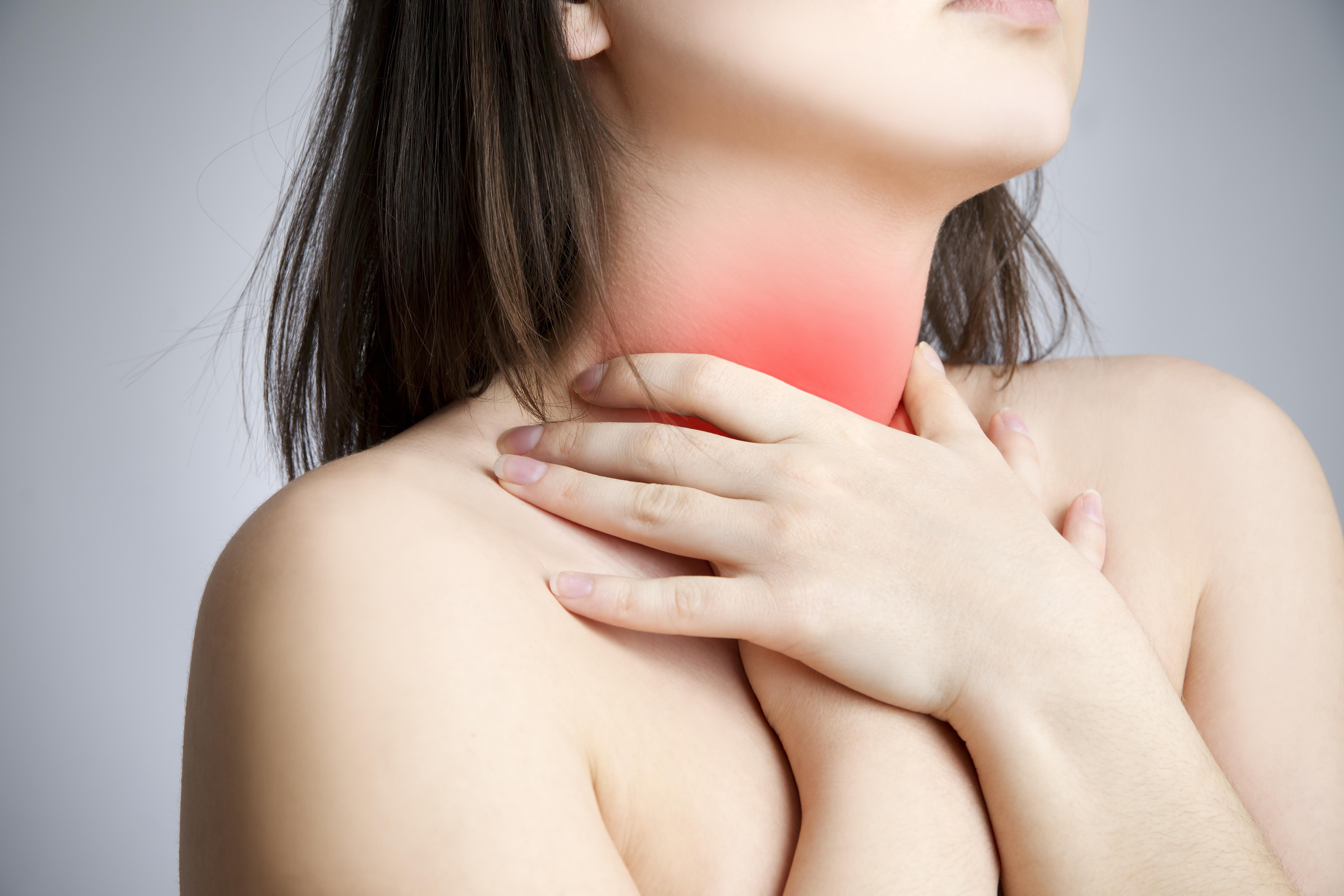 Halsbränna kan leda till att det känsliga slemskiktet i matstrupen skadas då magsyran som kommer upp i matstrupen är starkt frätande.