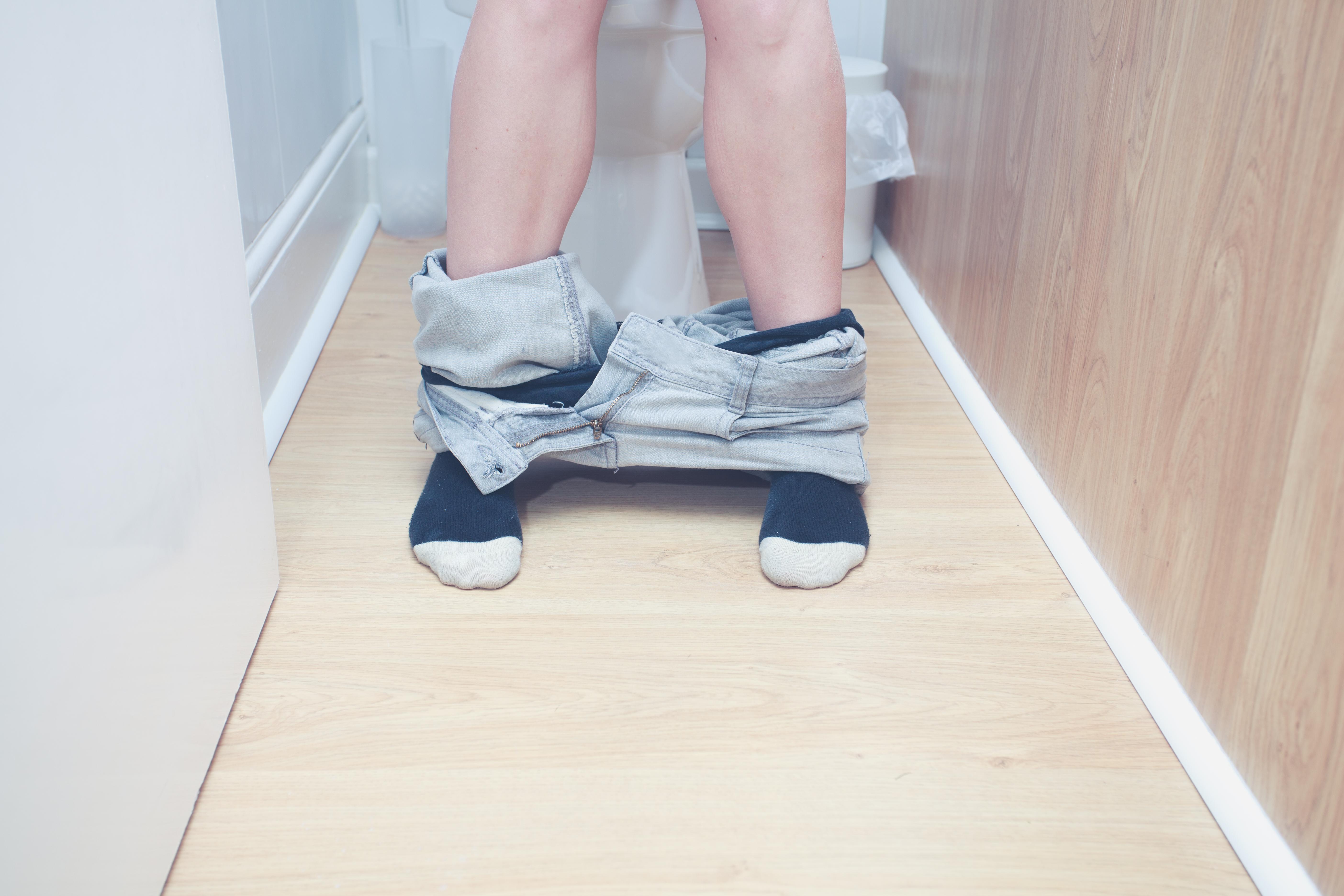 När man är förstoppad är det vanligt att man går på toaletten mer sällan än vanligt. Avföringen brukar vara hård och svår att få ut.