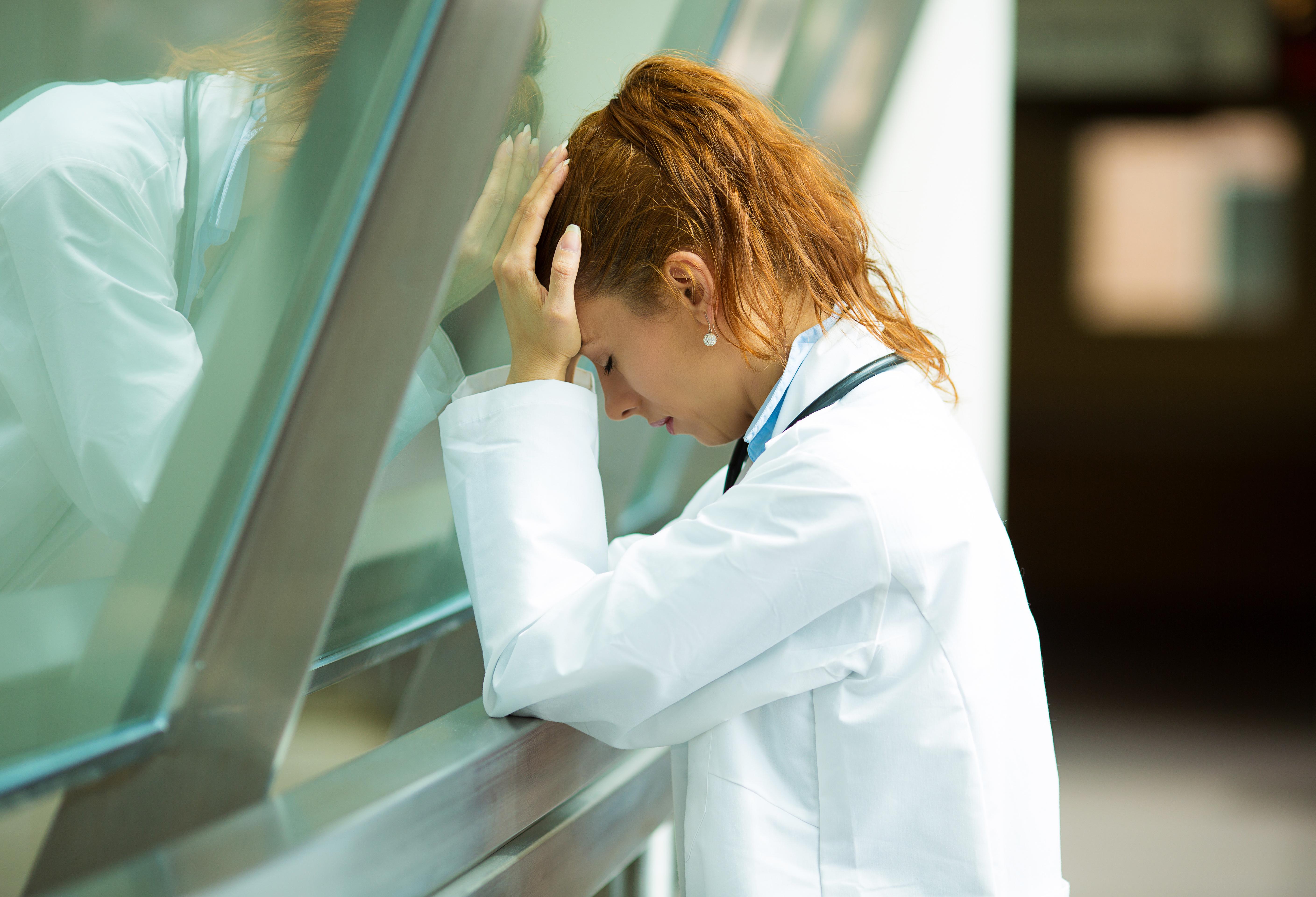 Stressen bland vårdpersonal ökar och framförallt är det kvinnor som drabbas av stressutlöst psykisk ohälsa.