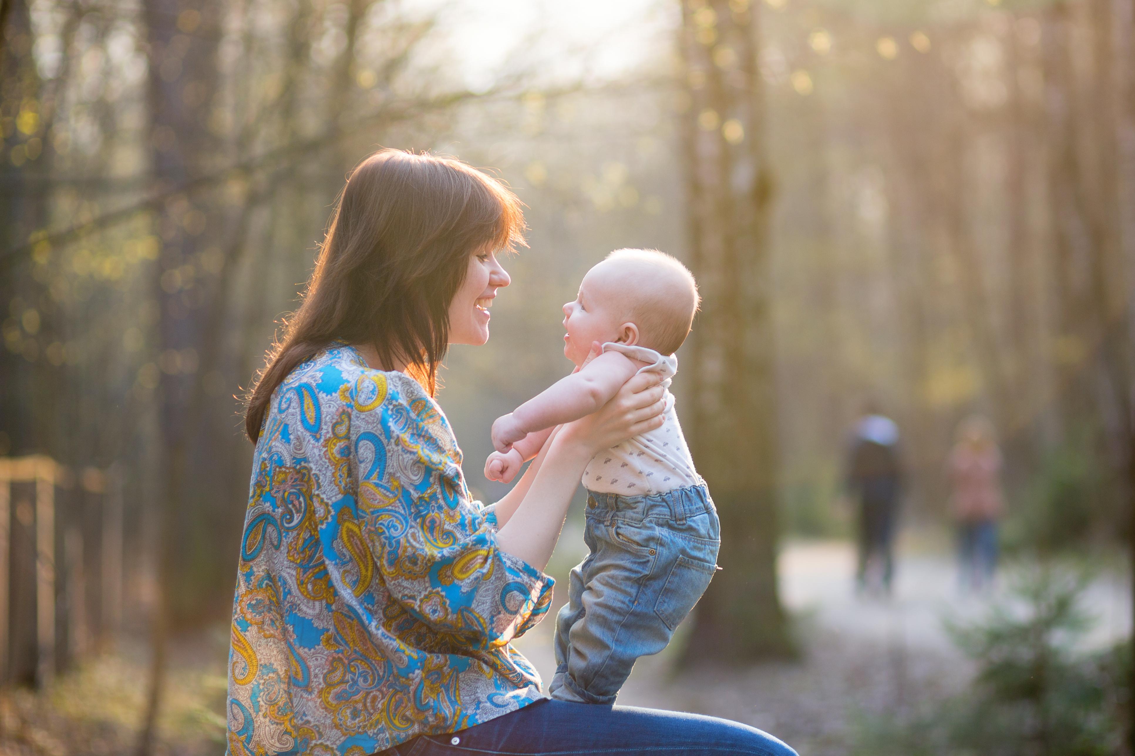 Genom att tolka signaler och kroppsspråk kan du och din bebis kommunicera och få en nära kontakt med varandra.Genom att tolka signaler och kroppsspråk kan du och din bebis kommunicera och få en nära kontakt med varandra.