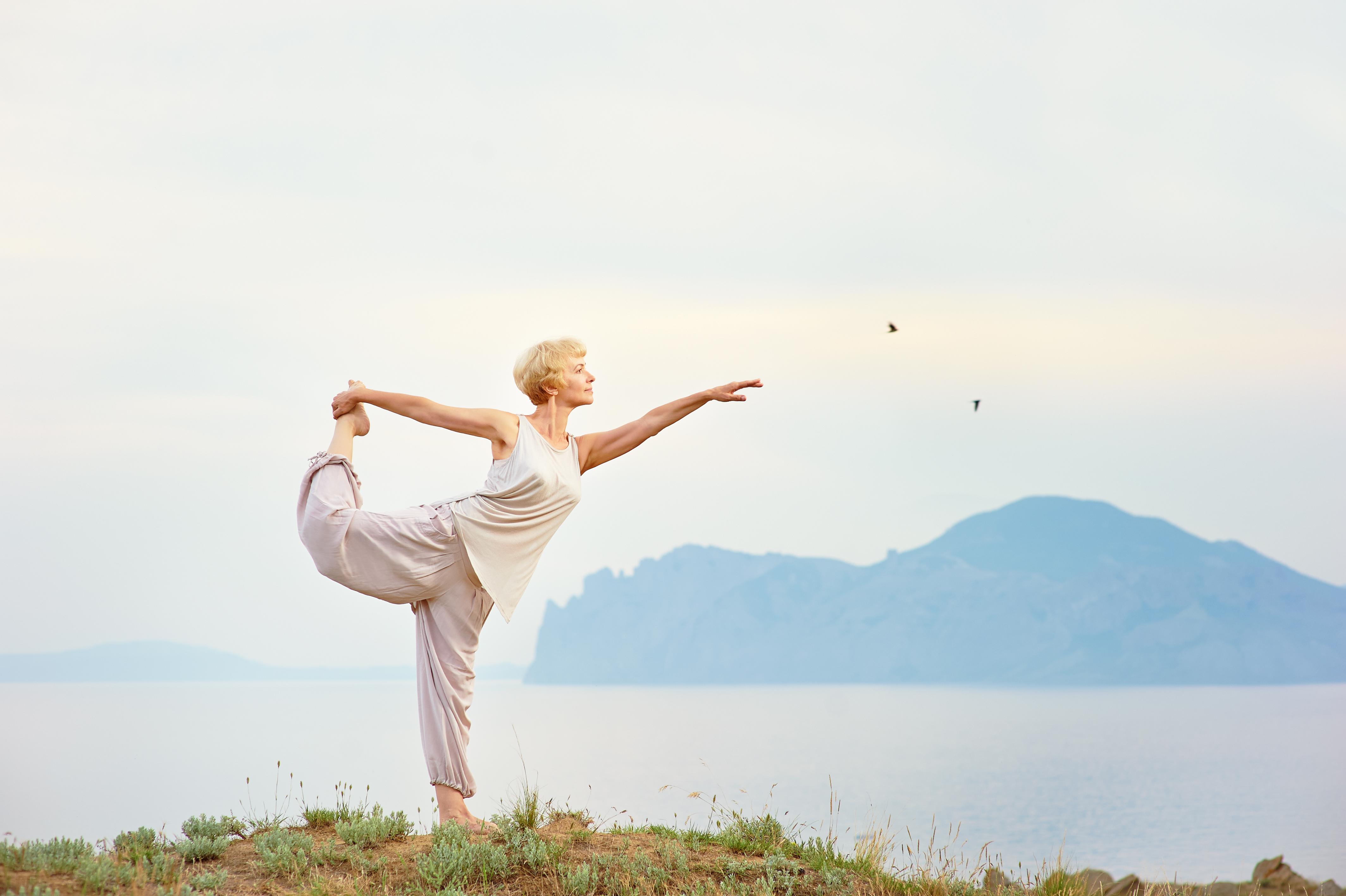 Yoga skulle kunna hjälpa äldre att träna upp balansen och därmed förebygga risken för fallolyckor.