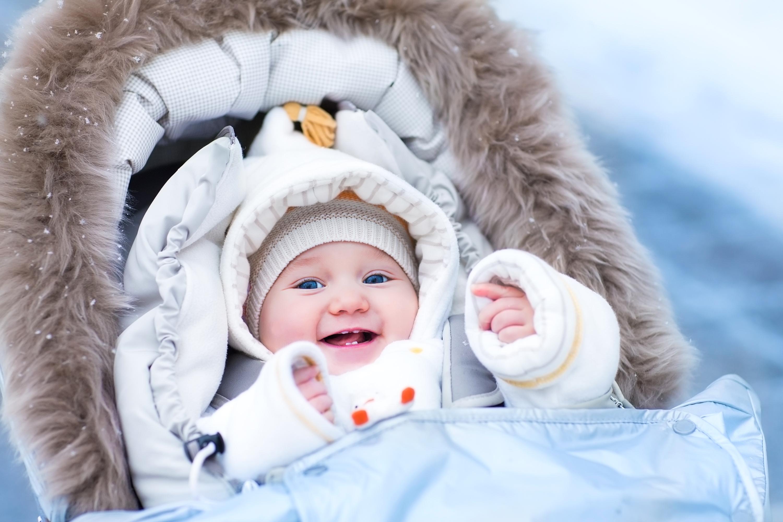 Att smörja med krämer är en viktig del av att ta hand om ditt barns hud på vintern.