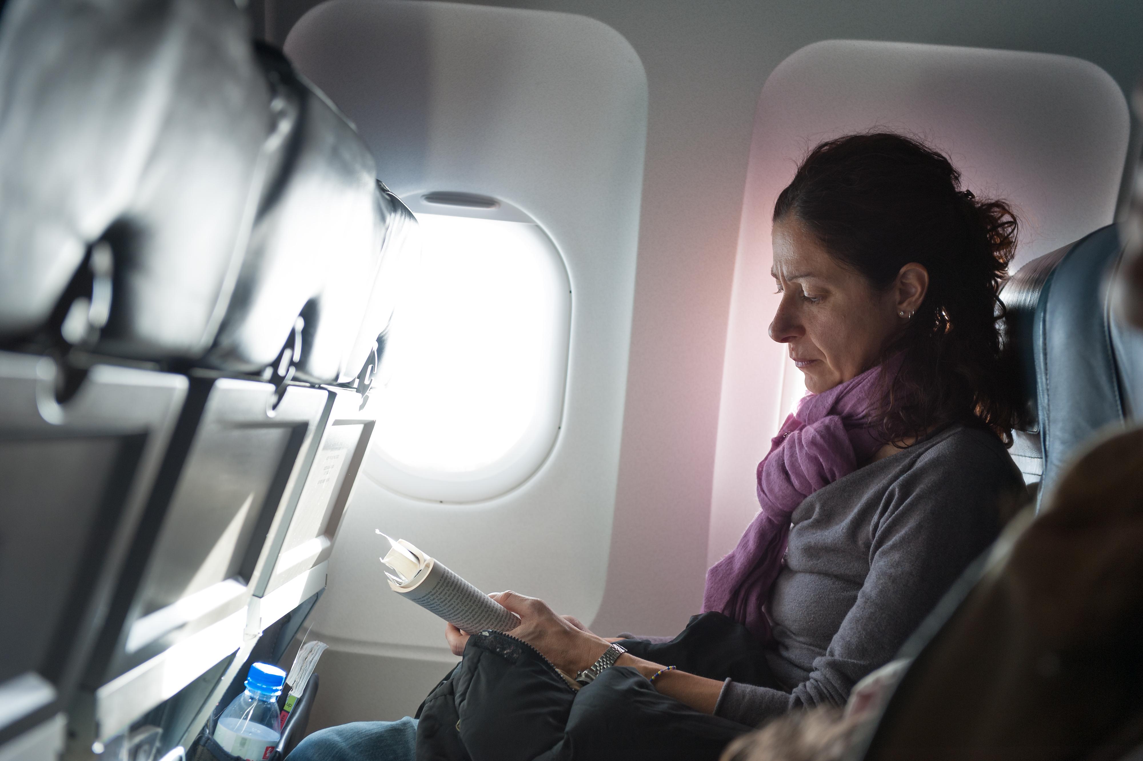 Att sitta för länge på till exempel en flygresa kan ge svullna ben och fötter.