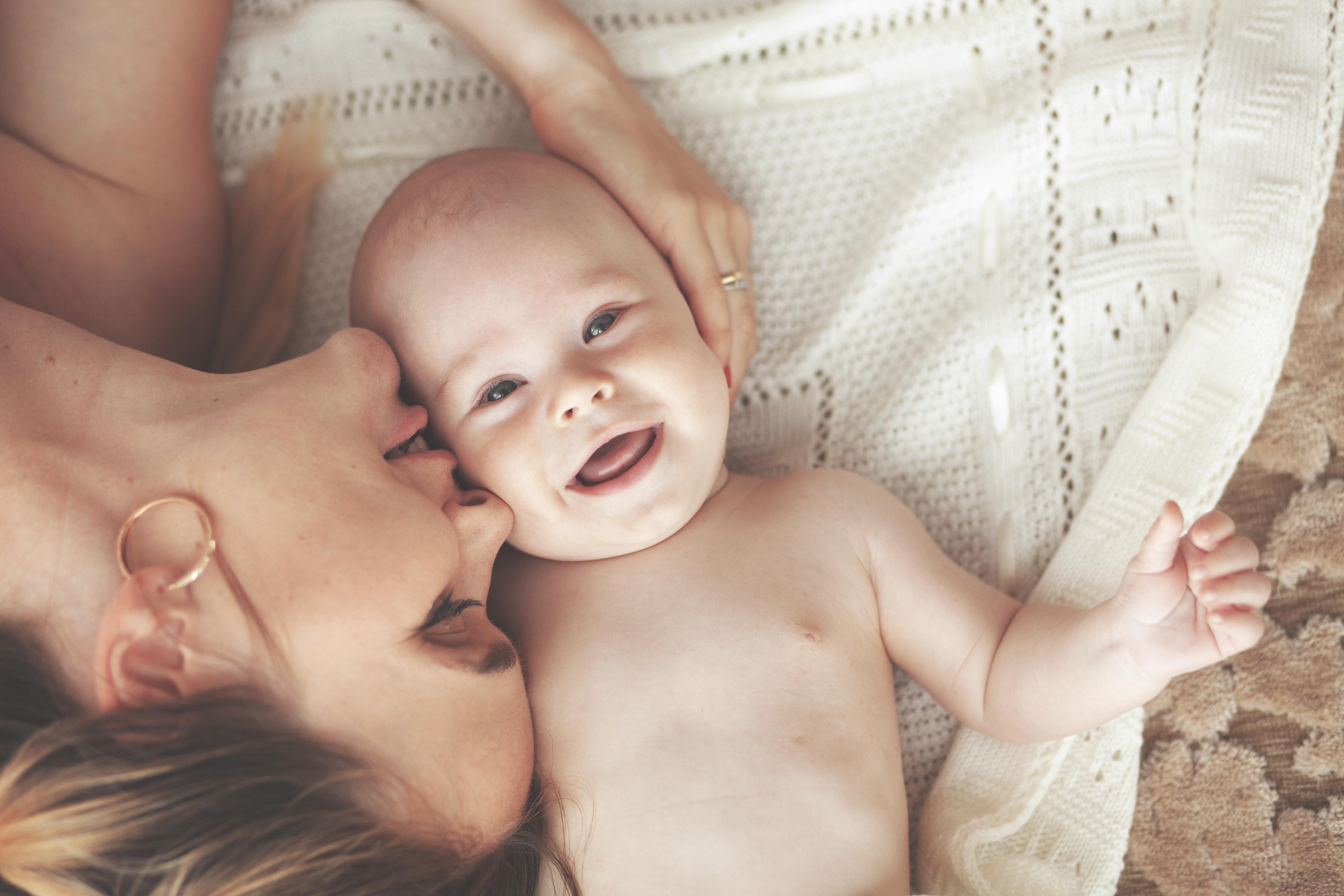 Hud-mot-hudkontakt, även kallad kängurumetoden, verkar smärtlindrande för små barn och ger dessutom föräldern en aktiv roll.