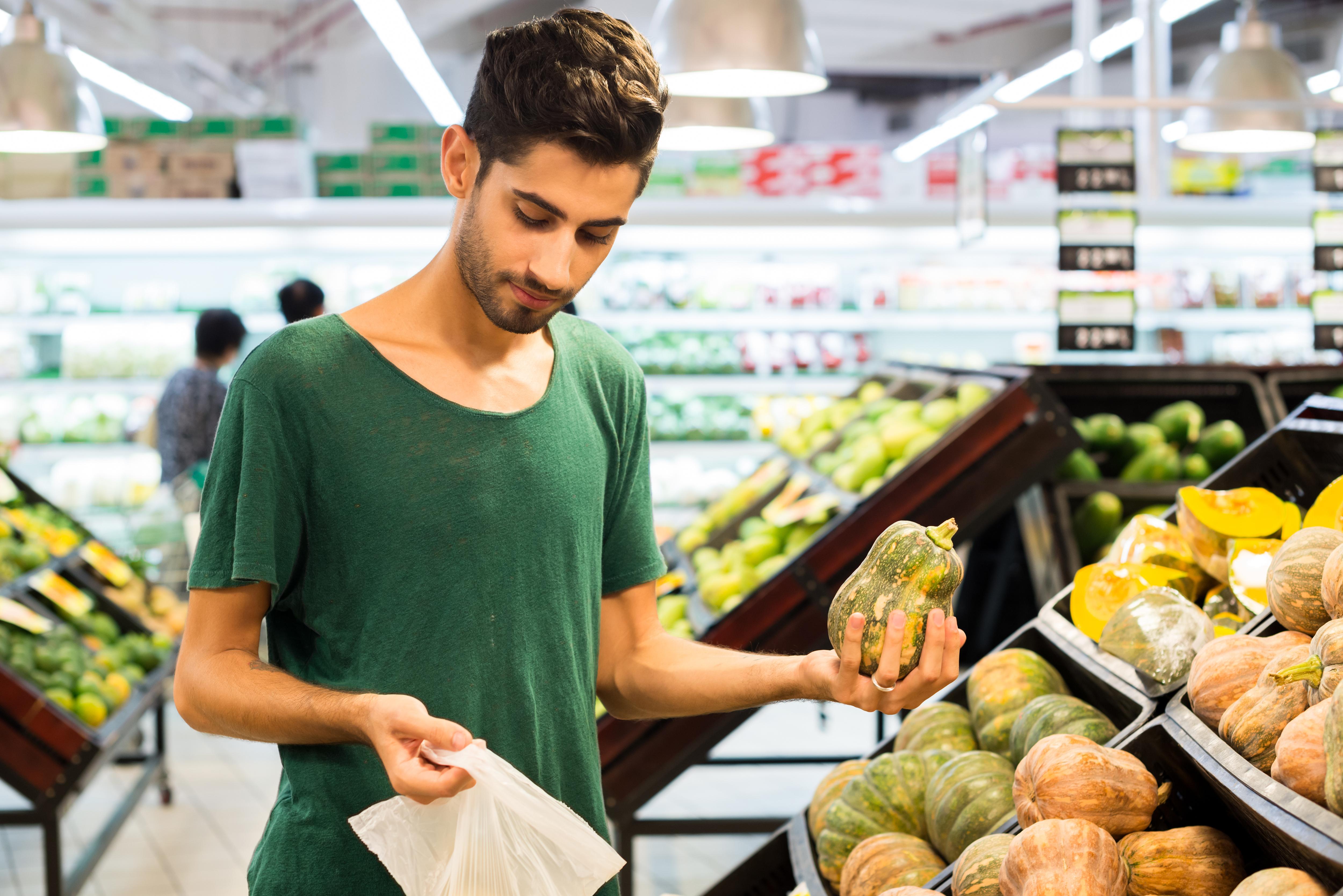Det är främst yngre personer som utesluter kött. Den egna hälsan, miljön och djurhållningen tros vara skälen till att de väljer en vegetarisk kosthållning.