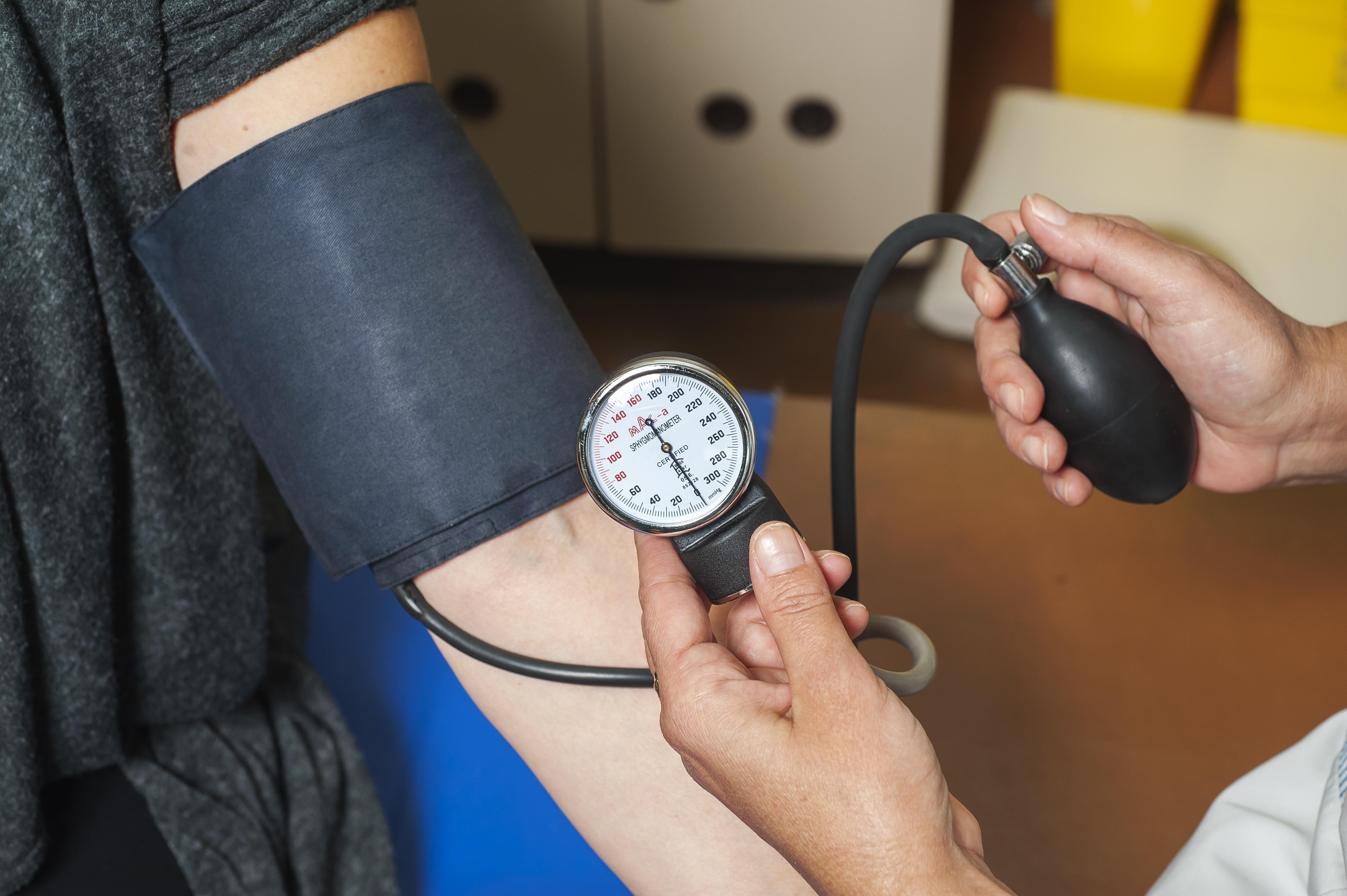 Skolhälsovården, primärvården och företagshälsovården måste bli bättre på att rutinmässigt mäta blodtryck och erbjuda urinprov.