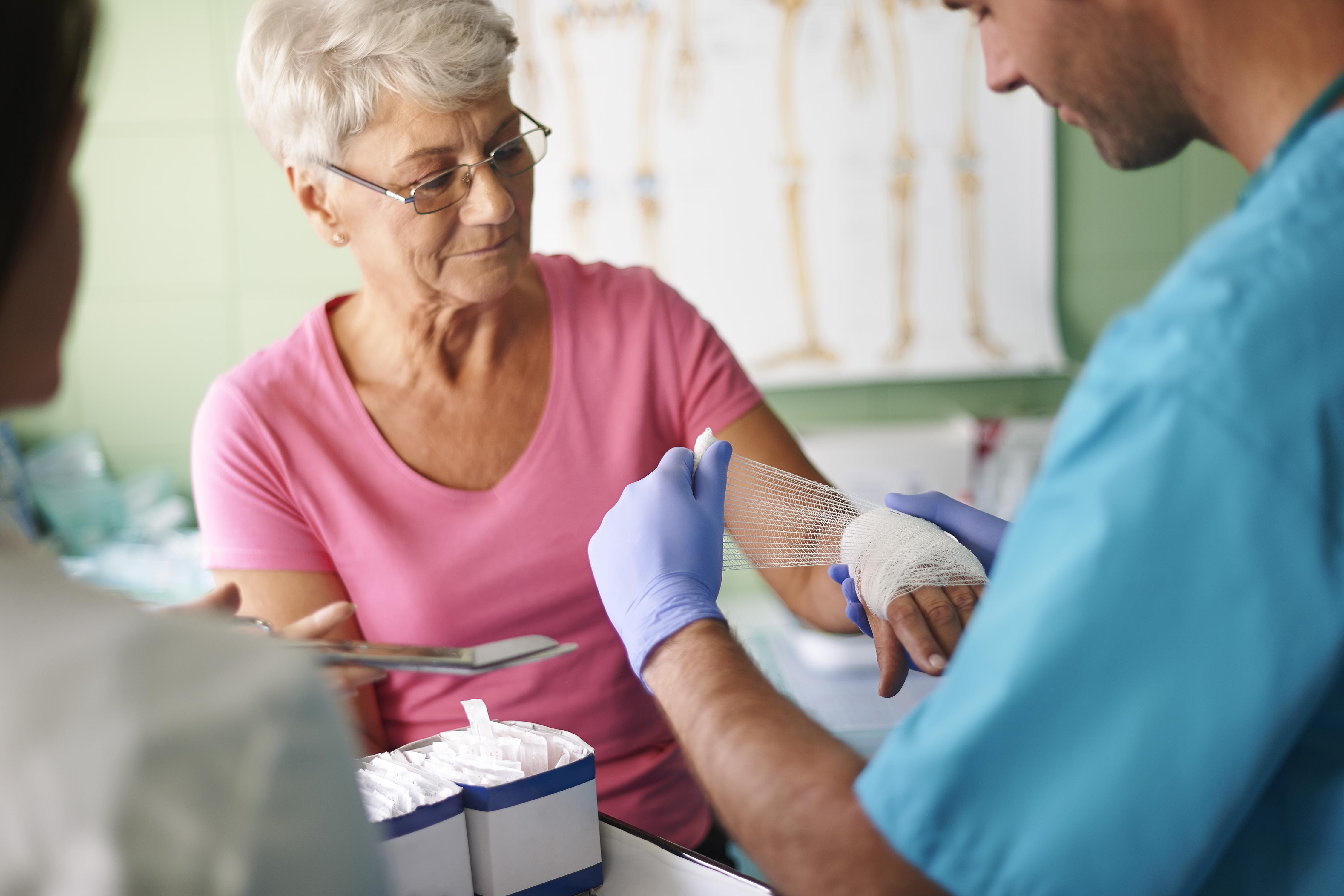 Vårdgarantin, som blev lag 2010, innebär bland annat att du har rätt att inom loppet av en vecka träffa en läkare inom primärvården,
